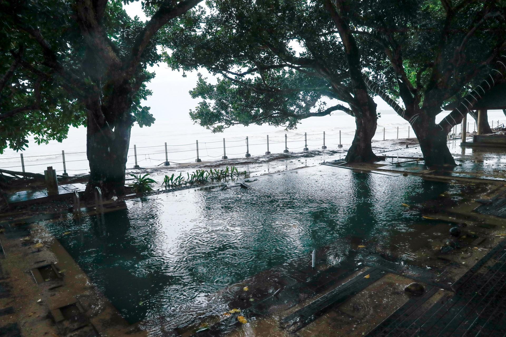 Una piscina golpeada por el tsunami se representa en un hotel cerca de la playa Carita en Pandeglang, provincia de Banten, Indonesia, 24 de diciembre de 2018.
