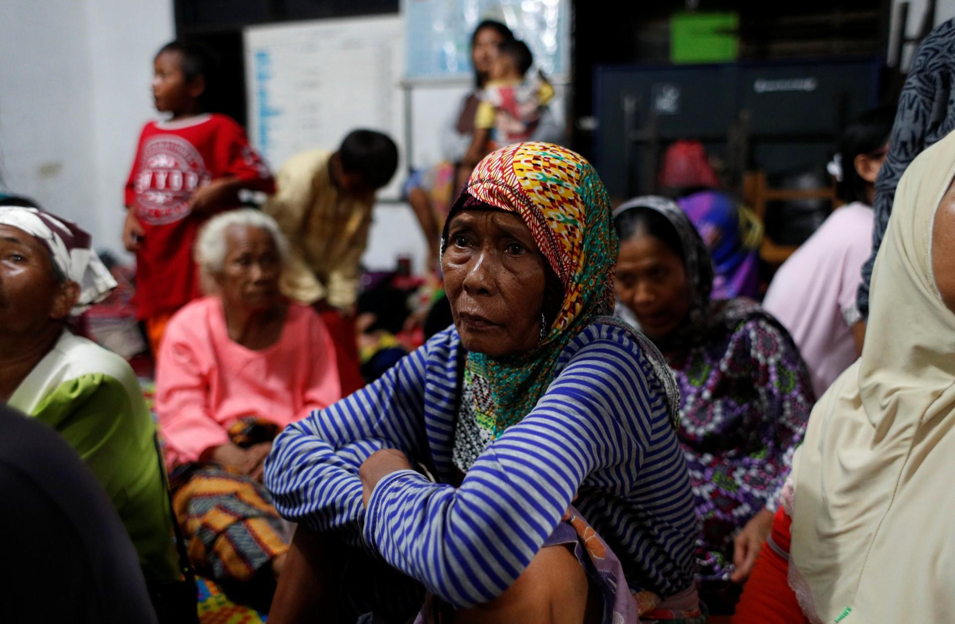 La gente descansa en un centro de evacuación en el ayuntamiento de Sidamukti después de un tsunami en la provincia de Banten, Indonesia, el 24 de diciembre de 2018.