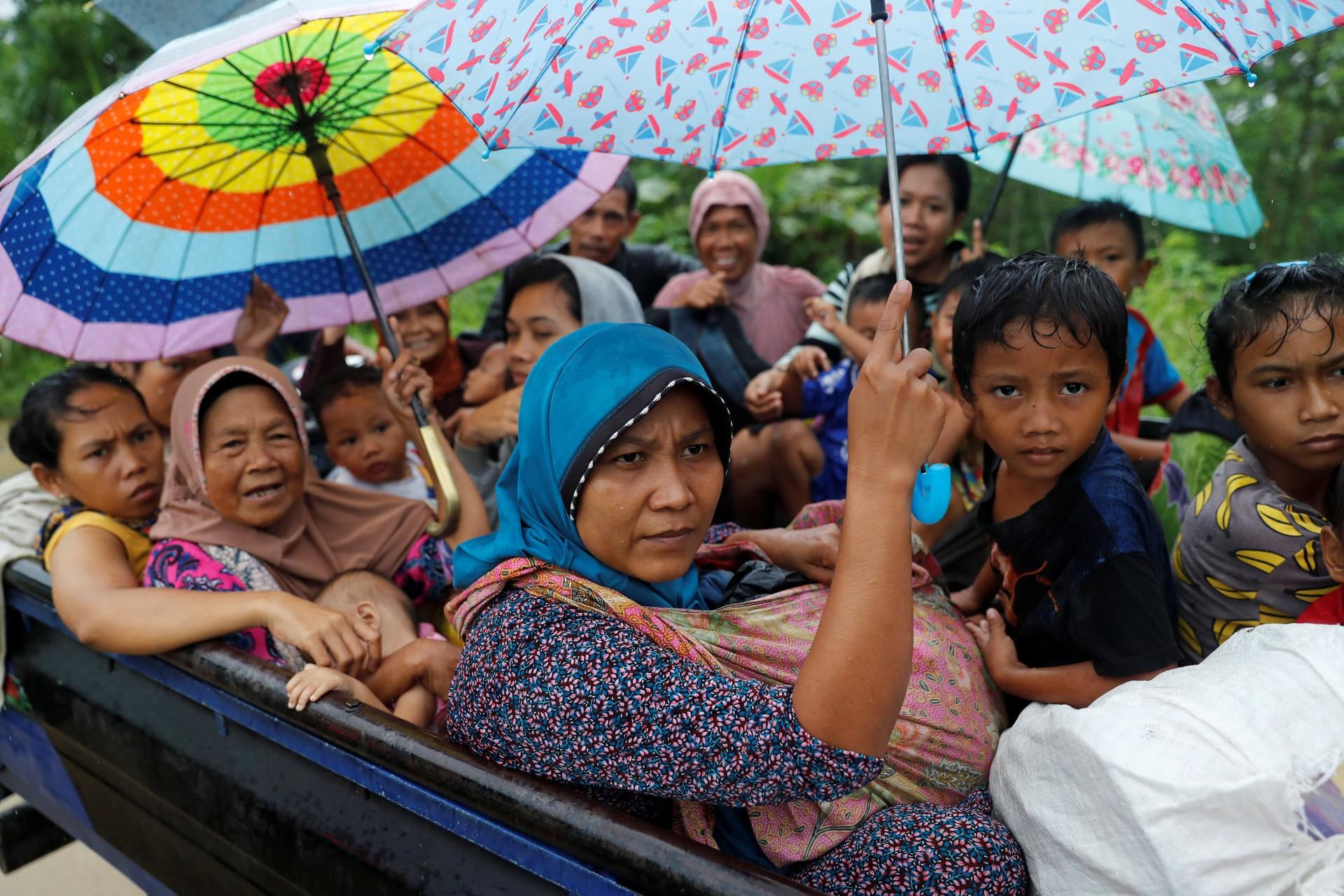 Las personas son evacuadas después de un tsunami, en Sumur, provincia de Banten, Indonesia, 26 de diciembre de 2018.