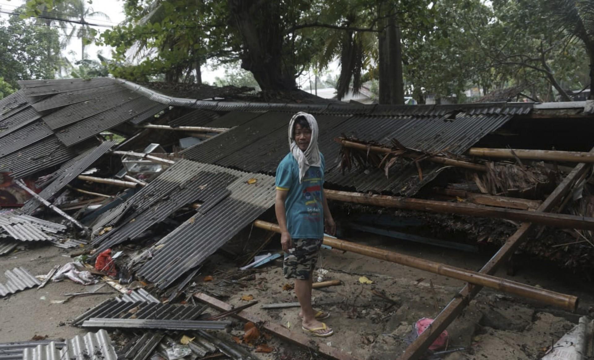 Un hombre inspecciona su casa, que fue dañada por un tsunami, en Carita, Indonesia, el domingo 23 de diciembre de 2018.