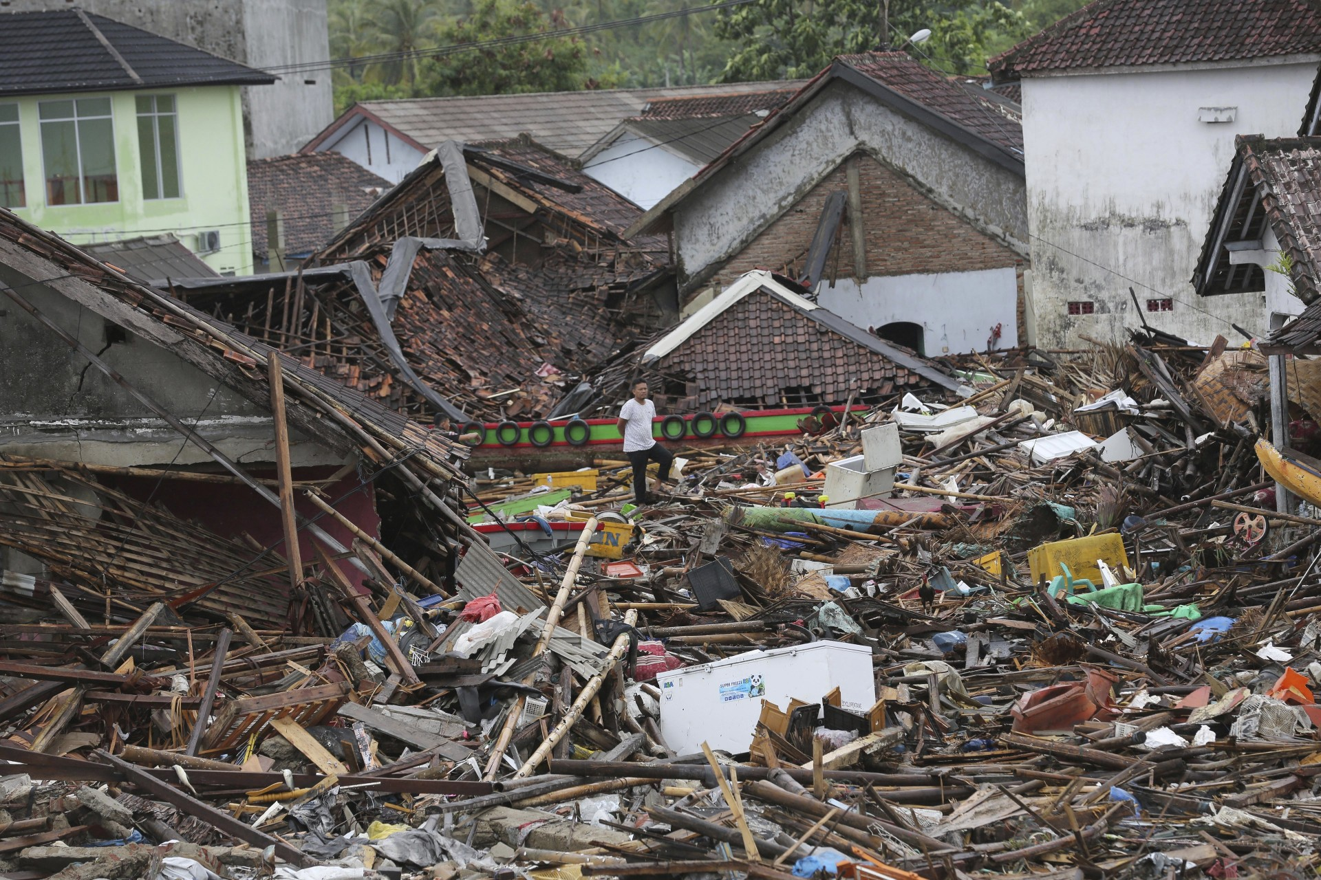 Un hombre inspecciona los daños en una aldea devastada por el tsunami en Sumur, Indonesia, el martes 25 de diciembre de 2018.