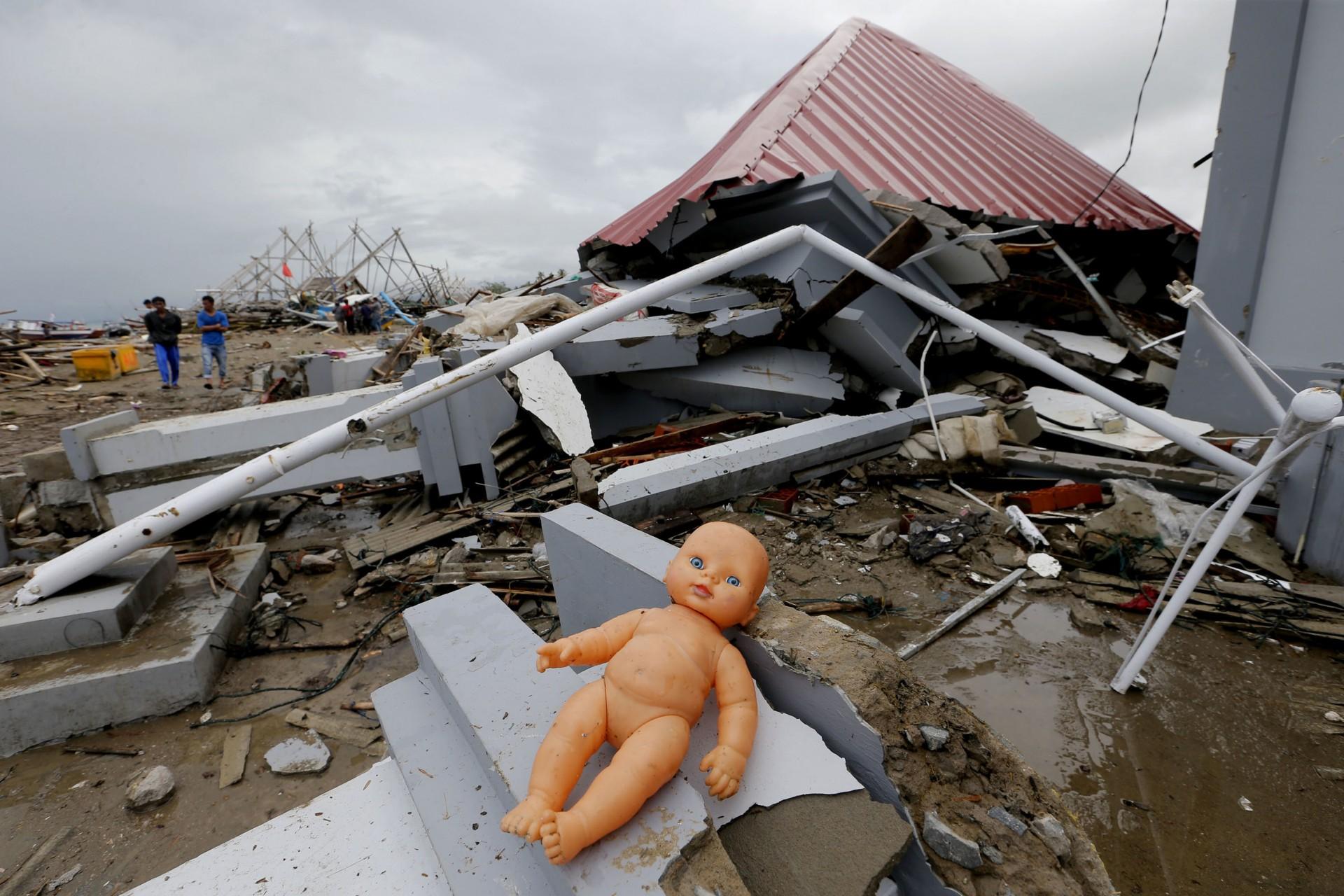Una muñeca descansa frente a una casa dañada después del tsunami en Sumur, Indonesia, el martes 25 de diciembre de 2018.