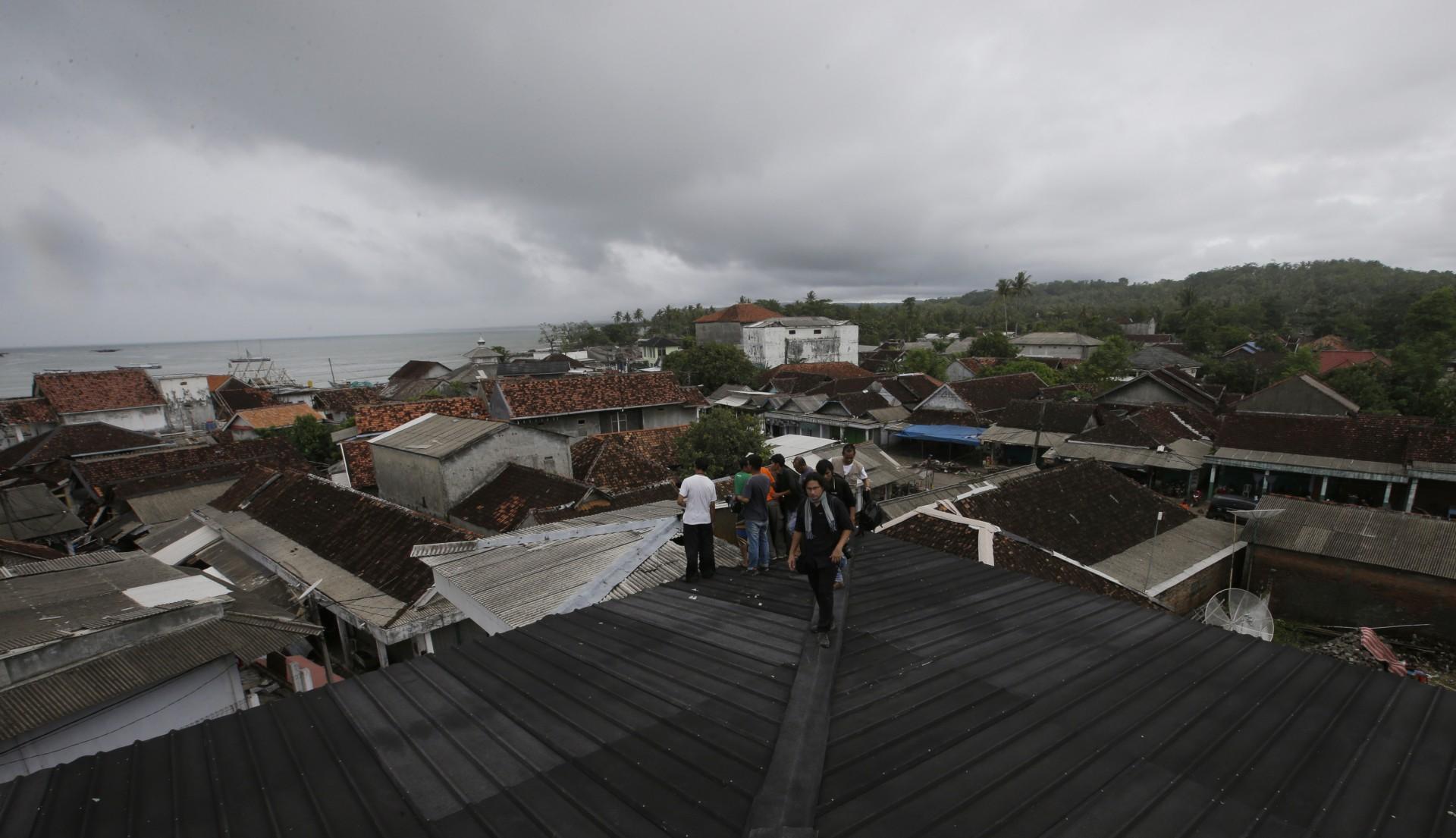 La gente temida por el tsunami se refugia en la parte superior de una mezquita en la aldea de Sumur, Indonesia, el martes 25 de diciembre de 2018.