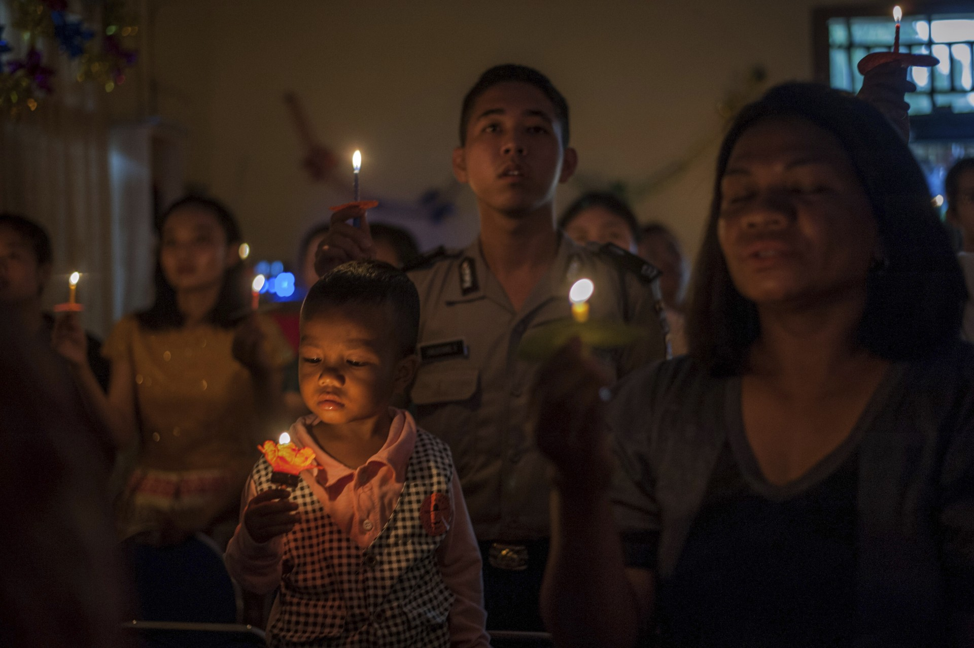 Las personas asisten a un servicio de Navidad en la Iglesia Pentecostal Rahmat en Carita, Indonesia, el martes 25 de diciembre de 2018.