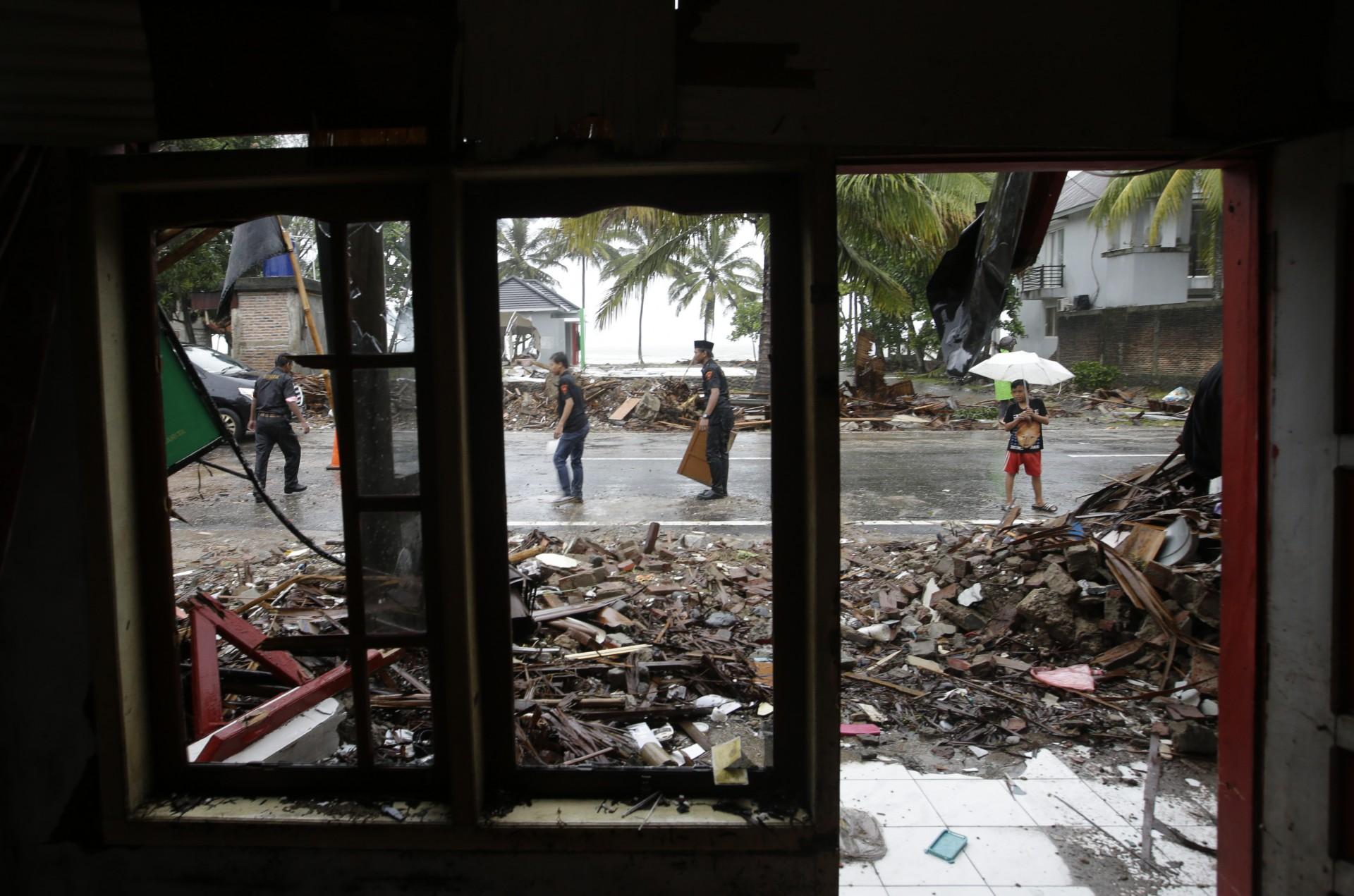 Los voluntarios limpian los escombros en la calle después del tsunami en Carita, Indonesia, el miércoles 26 de diciembre de 2018.