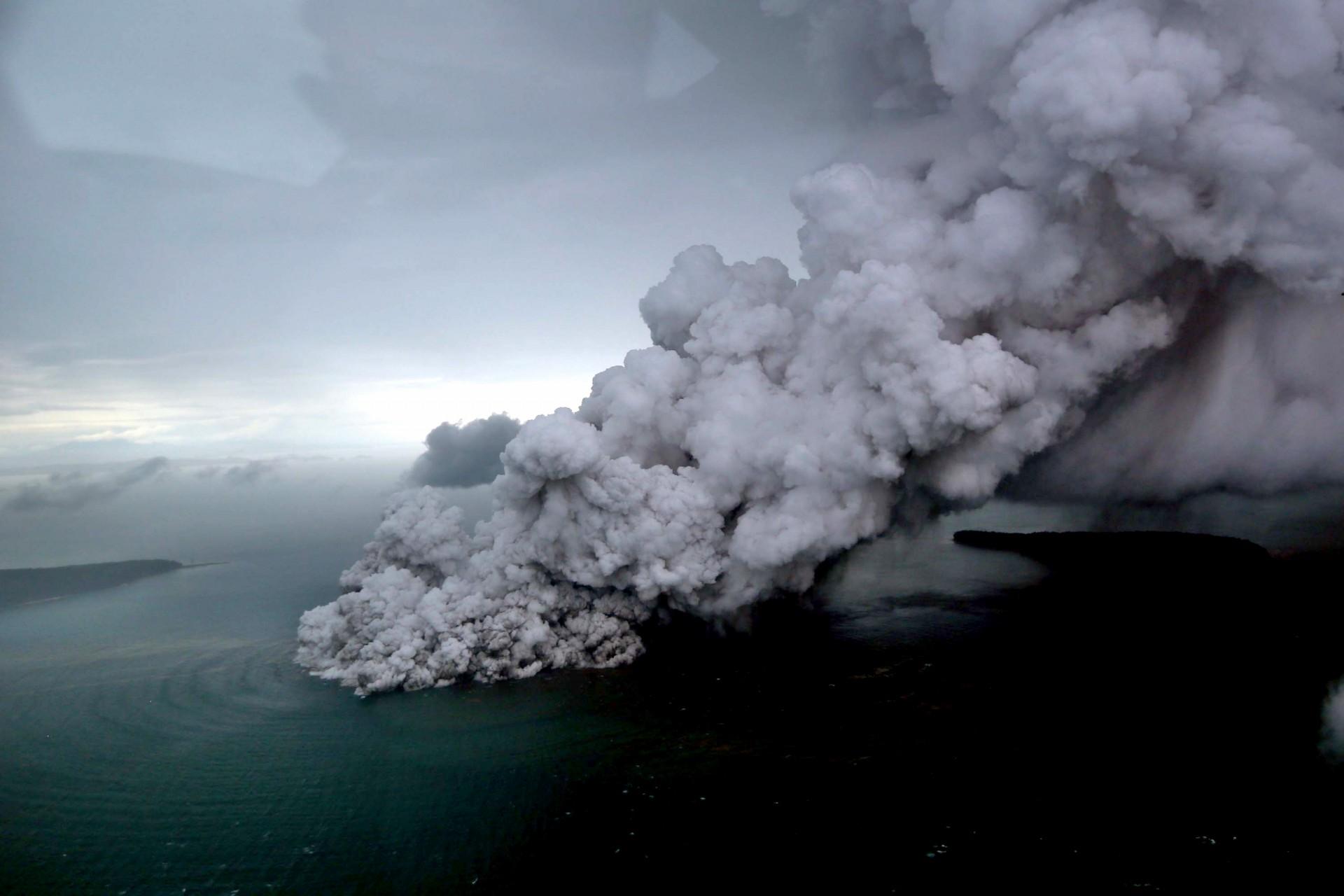 Esta fotografía aérea tomada el 23 de diciembre de 2018 por Bisnis Indonesia muestra el volcán Krakatoa de Anak (Niño) en erupción en el estrecho de Sunda, en la costa del sur de Sumatra y el extremo occidental de Java.