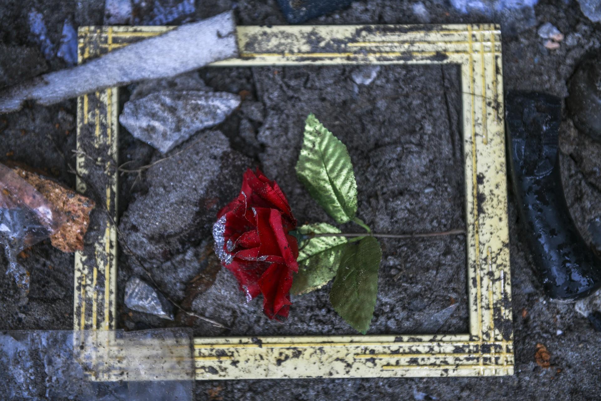 Una rosa artificial se ve en el piso afuera de una casa derrumbada en Rajabasa, en la provincia de Lampung, el 25 de diciembre de 2018.
