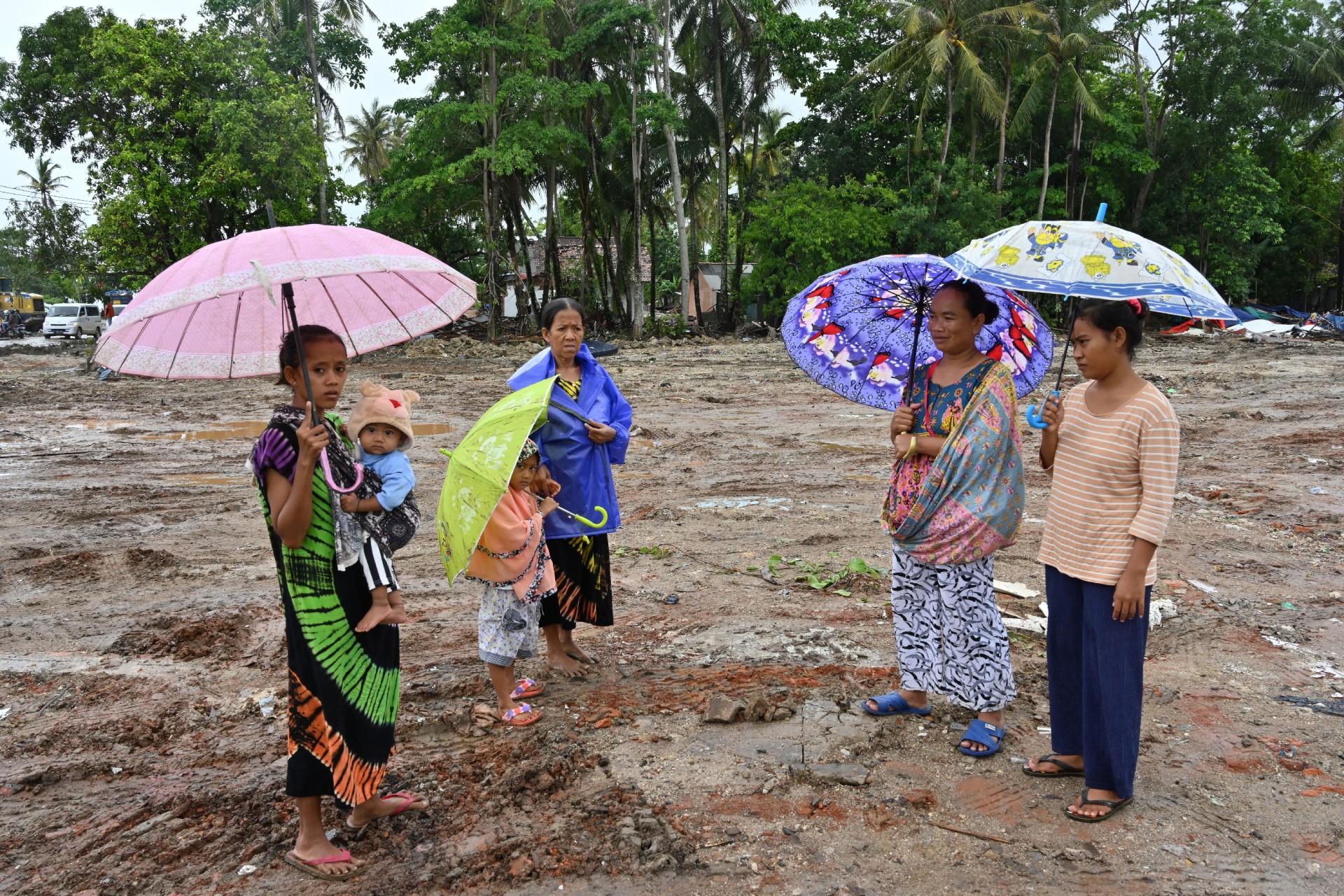 Los sobrevivientes se ubican en un área afectada por el tsunami en la aldea de Sumber Jaya en Sumur, Pandeglang, provincia de Banten, el 25 de diciembre de 2018.