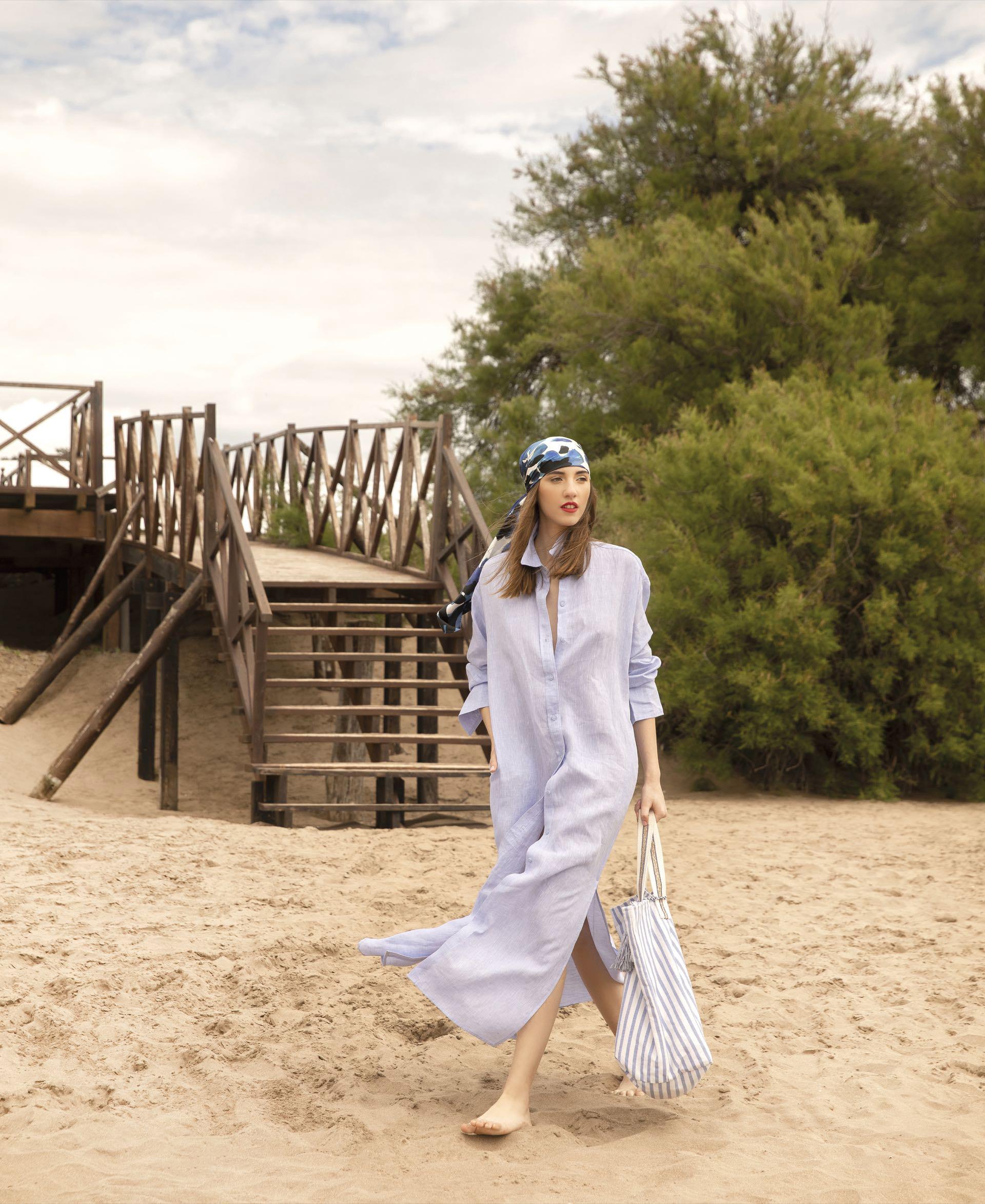 Camisola de lino ($ 5.990, Las Pepas), pañuelo de seda ($ 2.600, Vitamina) y bolsa rayada (Indiastyle).