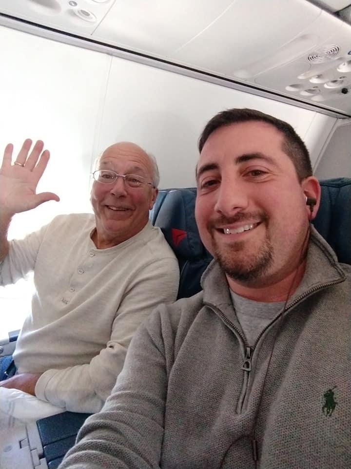 Aunque a ratos se le hizo difícil, el señor Hal Vaughan se subió a todos los vuelos en los que trabajó su hija (Foto: Facebook Mike Levy)