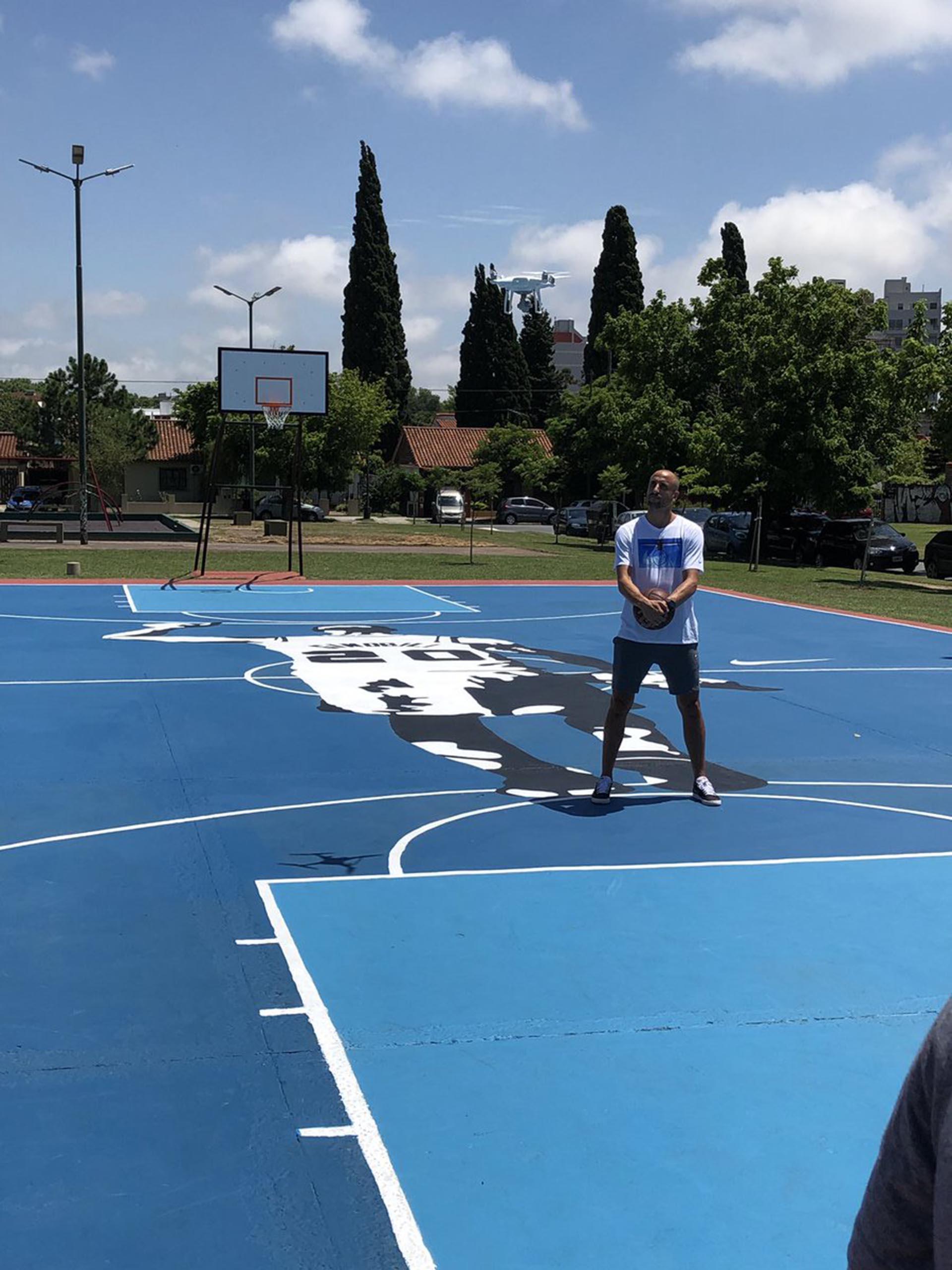 Ginóbili visitó un mural de él que realizaron en una plaza de Saavedra