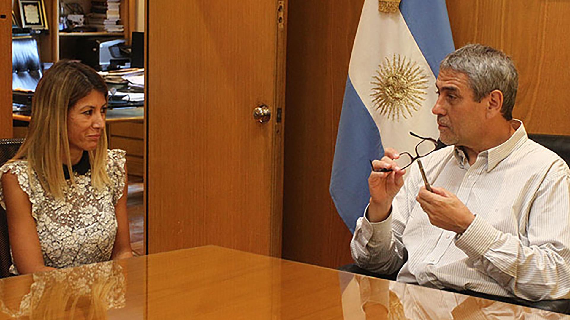 Jorge Ferraresicon Geraldine García, nombrada al frente de la Oficina de Transparencia.