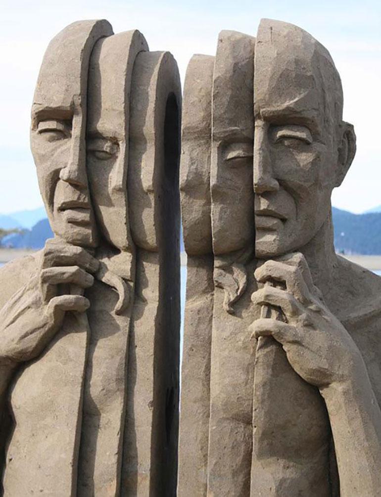 Uno de los hombres fragmentados de Leo Vinci, emplazado en un espacio público. La escultura de Cristina Fernández es similar y más pequeña en tamaño.