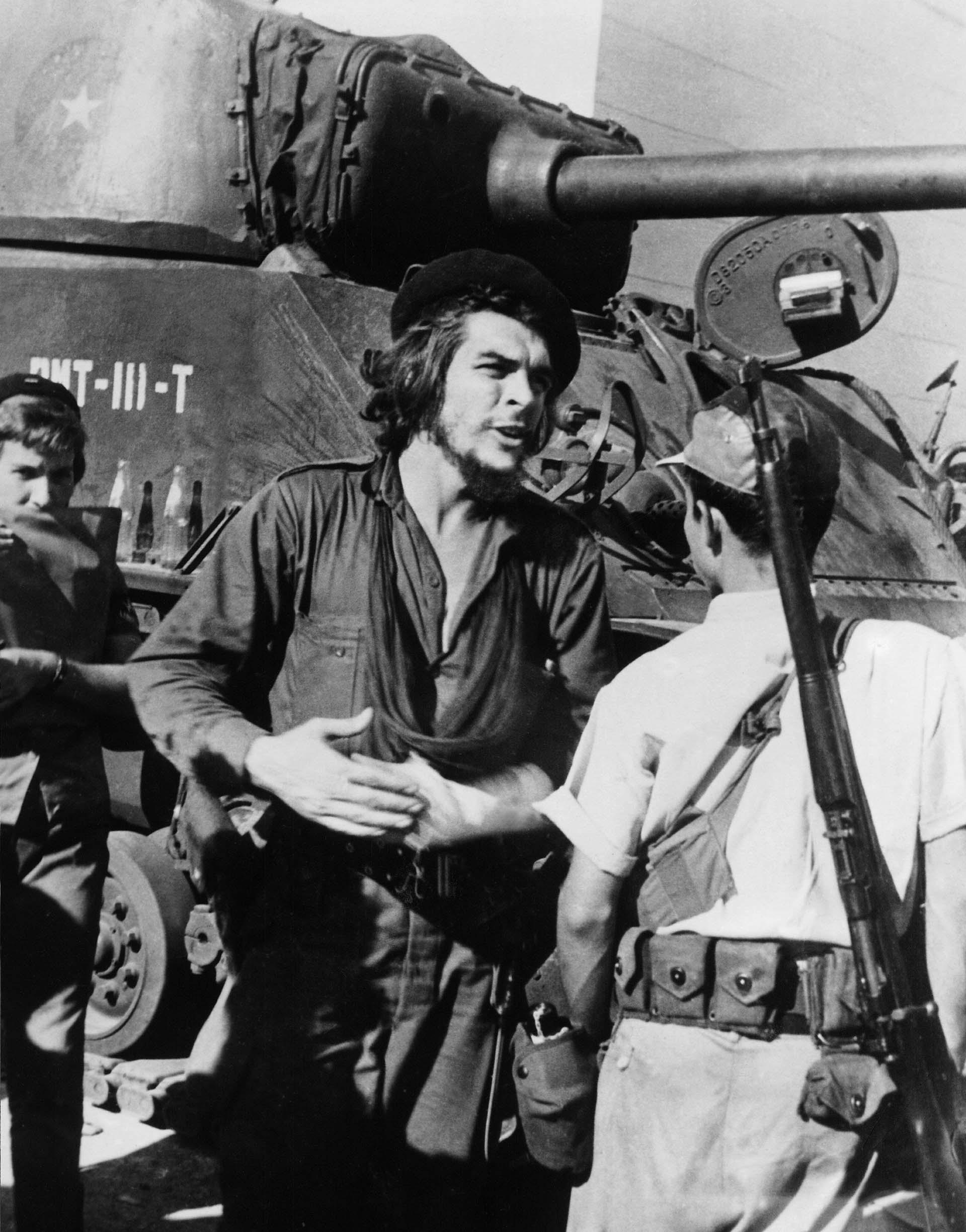 """Ernesto """"Che"""" Guevara junto a un tanque, en la batalla de Santa Clara contra las tropas de Fulgencio Batista, en1958"""
