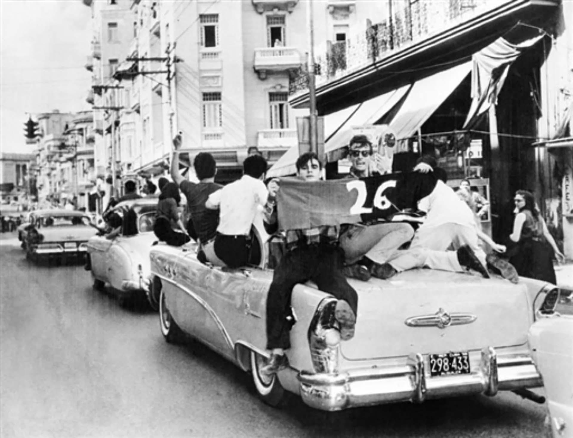 La gente sale a las calles de La Habana para celebrar la caída de Batista y recibir a los líderes de la Revolución el 8 de enero de 1959
