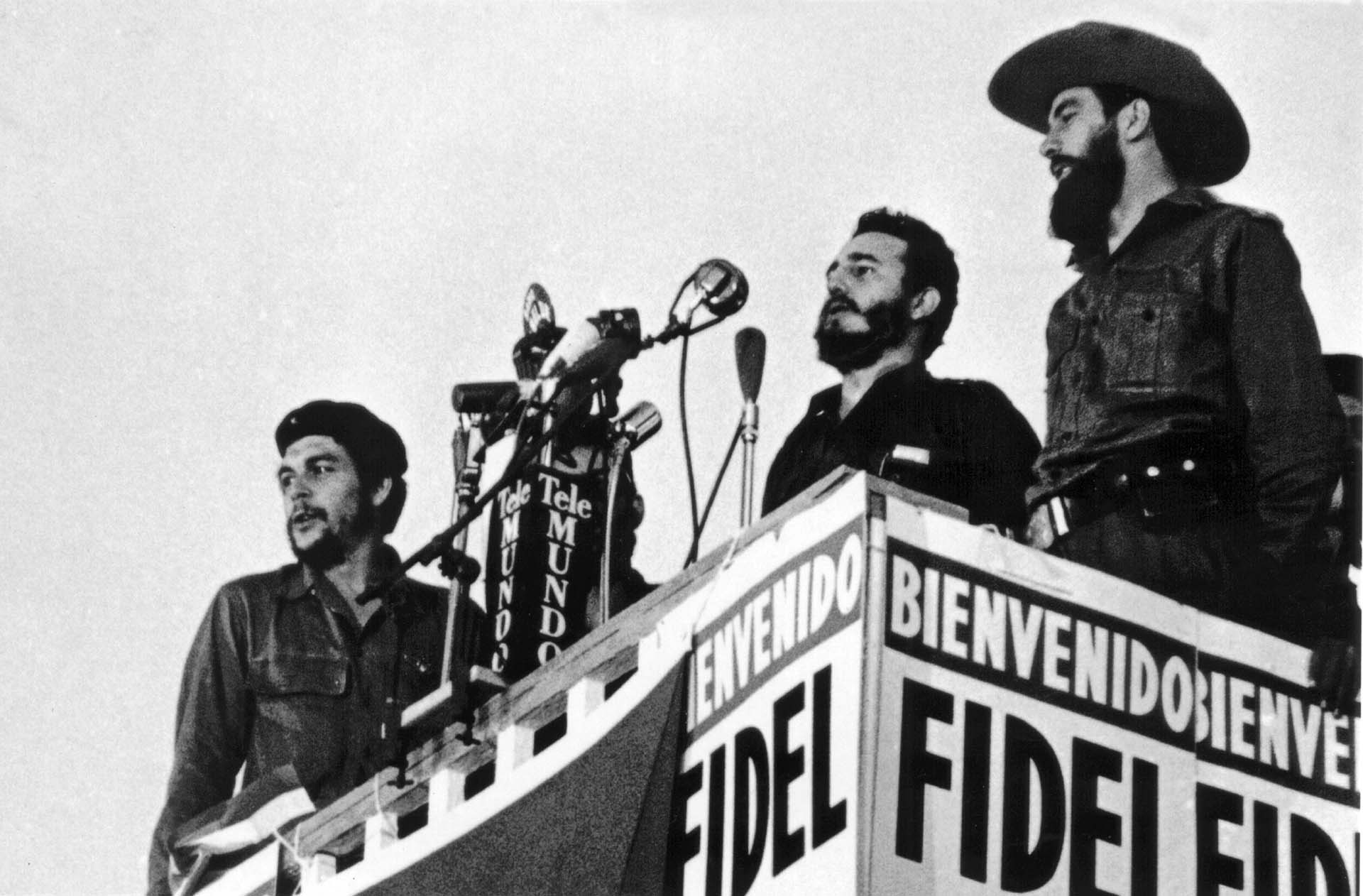 """Fidel Castro brinda un discurso en La Habana, escoltado por Ernesto """"Che"""" Guevara y Camilo Cienfuegos"""