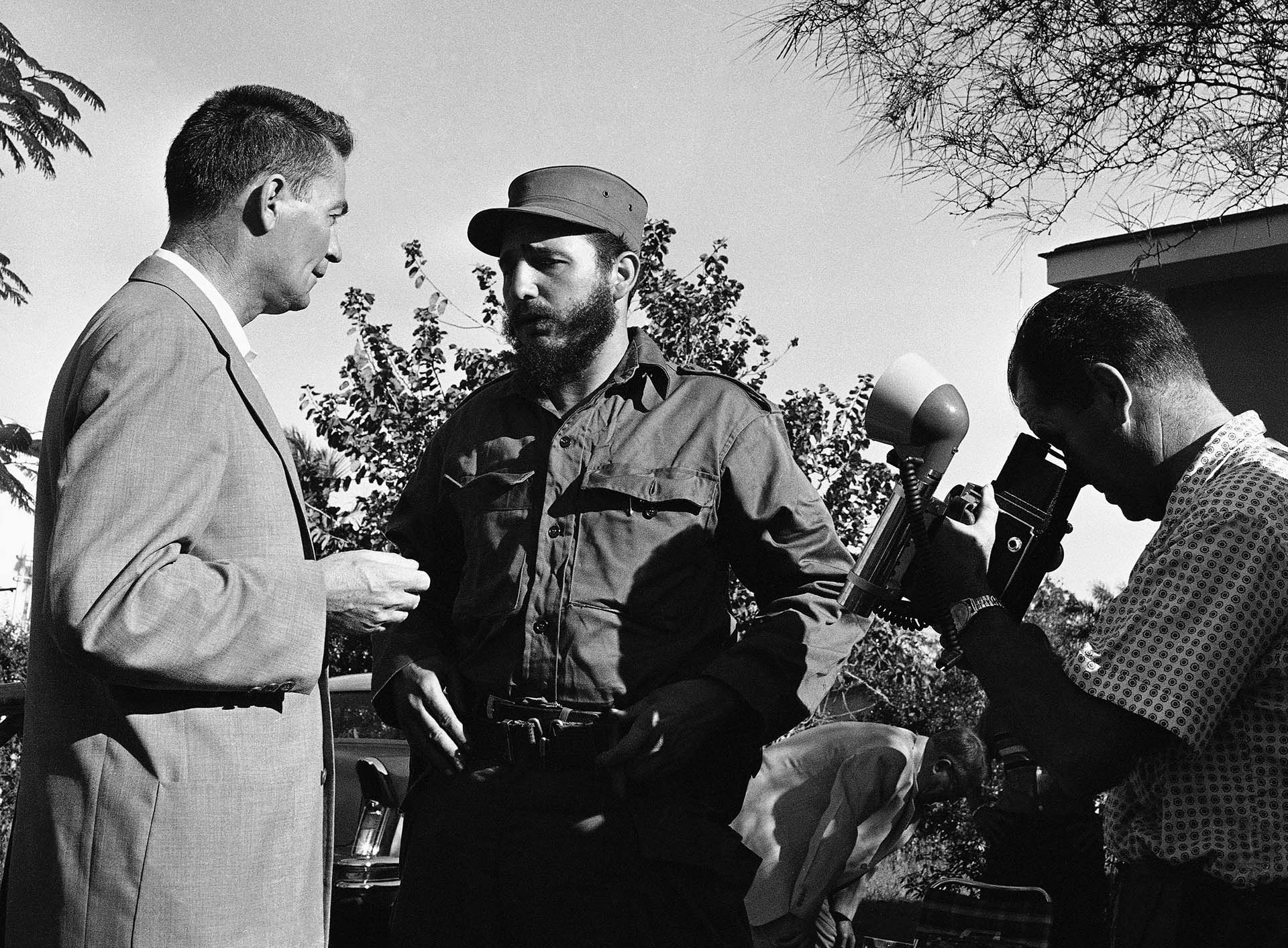 El 5 de enero de 1959, el líder rebelde Fidel Castro es entrevistado por el periodista de Associated Press Ben Funk, a la izquierda, mientras el fotógrafo Harold L. Valentine hace fotos en Camagüey, Cuba, durante la Caravana de la Victoria a La Habana tras derrocar al dictador Fulgencio Batista.