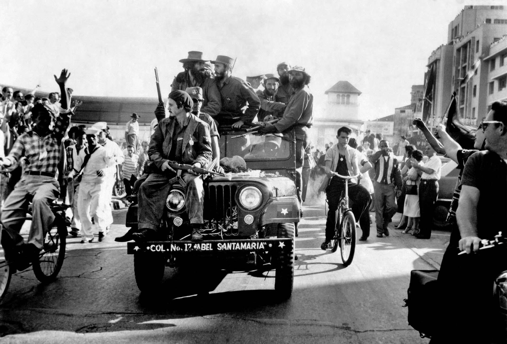 Fidel Castro, al ingresar a La Haban junto a Camilo Cienfuegos (de sombrero, a la izquierda), el 8 de enero de 1959