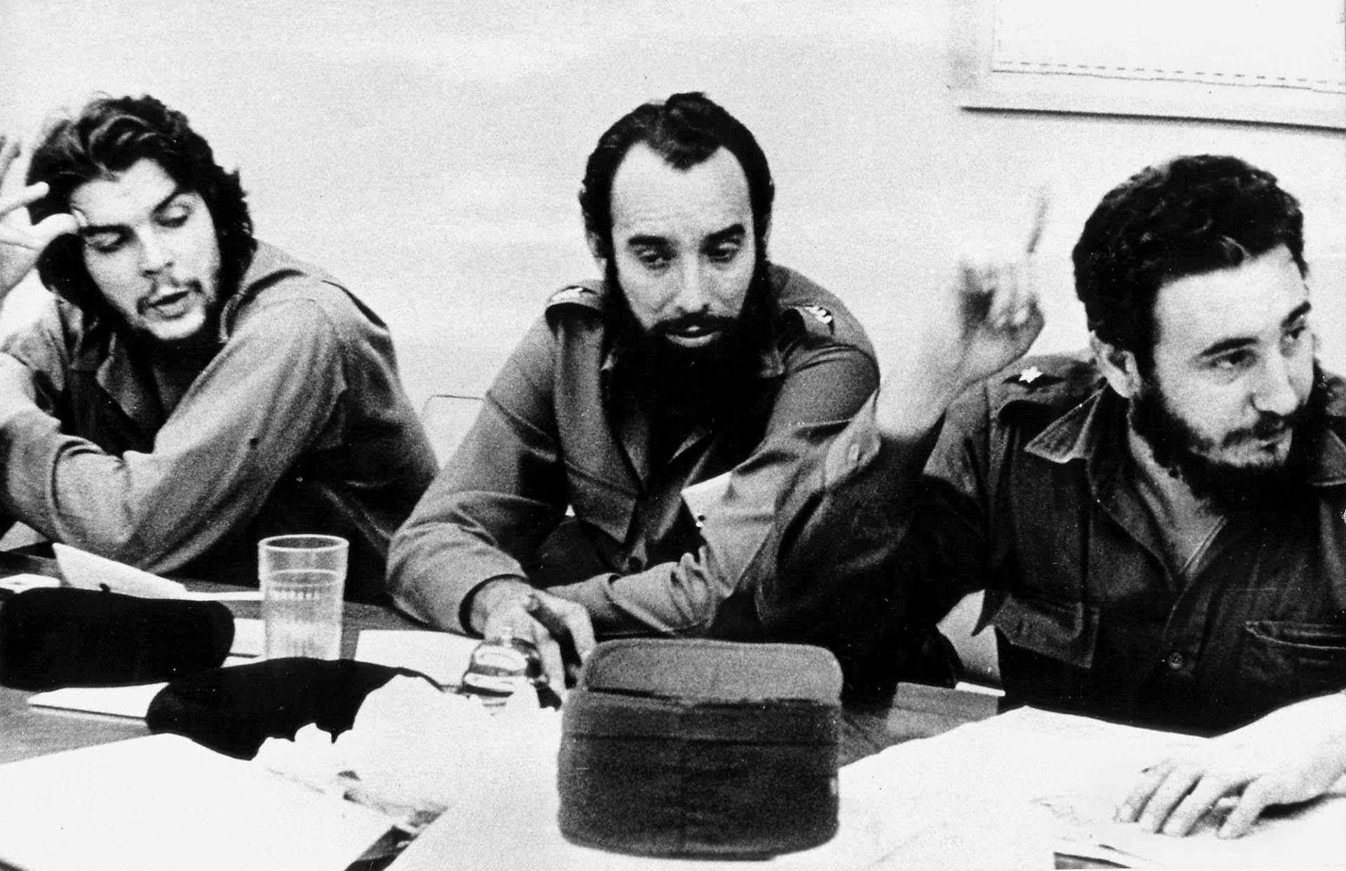 """Ernesto """"Che"""" Guevara, Antonio Núñez Jimenez y Fidel Castro en un reunión de trabajo en La Habana en 1960"""