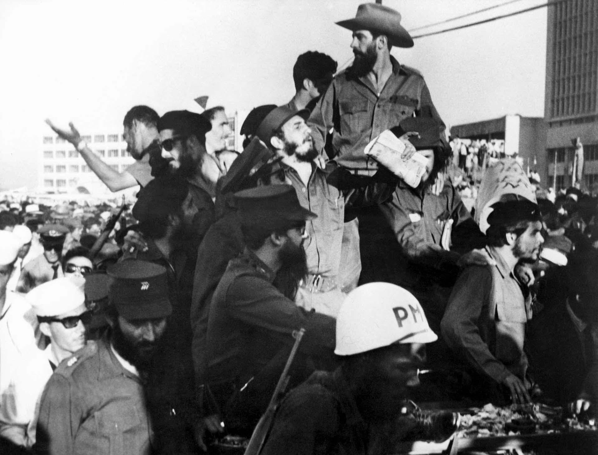 """Fidel Castro, Camilo Cienfuegos (con sombrero, arriba de todo) y Ernesto """"Che"""" Guevara (abajo a la derecha) saludan desde un jeep el 8 de enero de 1959 en su ingreso a La Habana tras el triunfo de la revolución."""