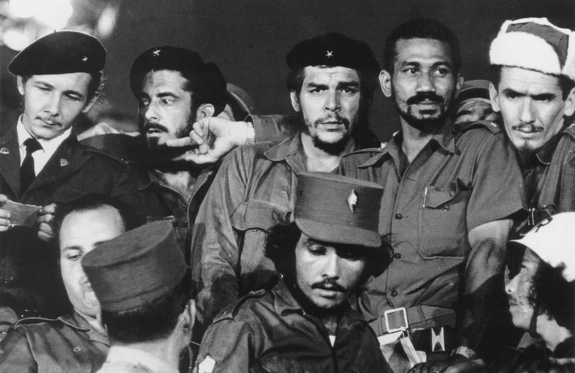 """Una fotografía de 1959 donde se ve a los comandantes revolucionarios Raul Castr, Antonio Nuñez Jimenez, Ernesto """"Che"""" Guevara, Juan Almeida y Ramiro Valdes en La Habana."""