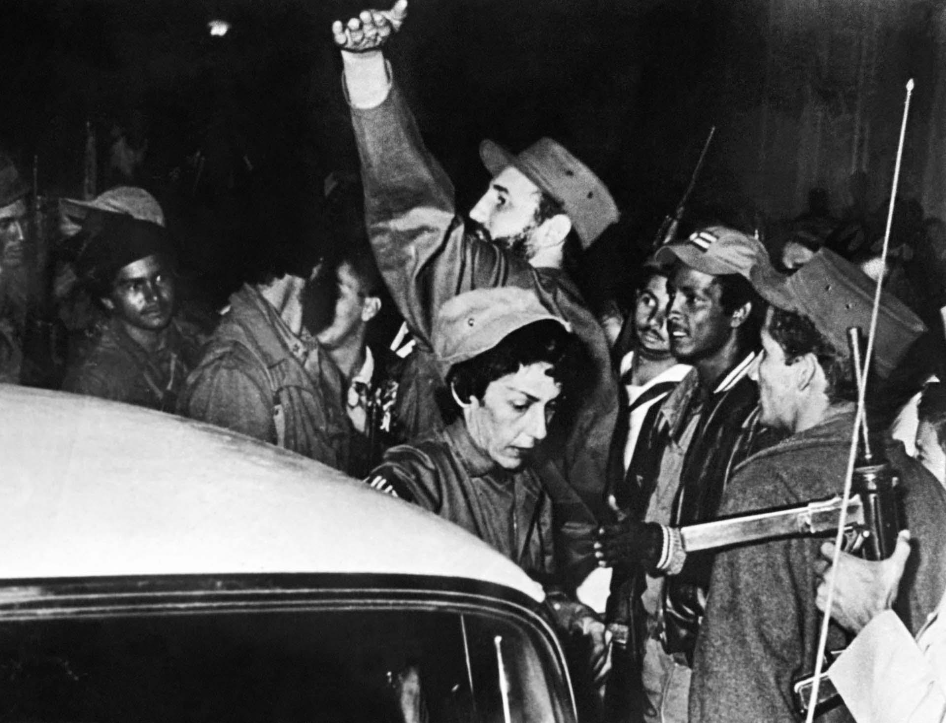 """Fidel Castro, rodeado por miembros del movimiento guerrillero """"26 de julio"""", saluda en Cienfuegos tras el derrocamiento de Fulgencio Batista el 4 de enero de 1959"""