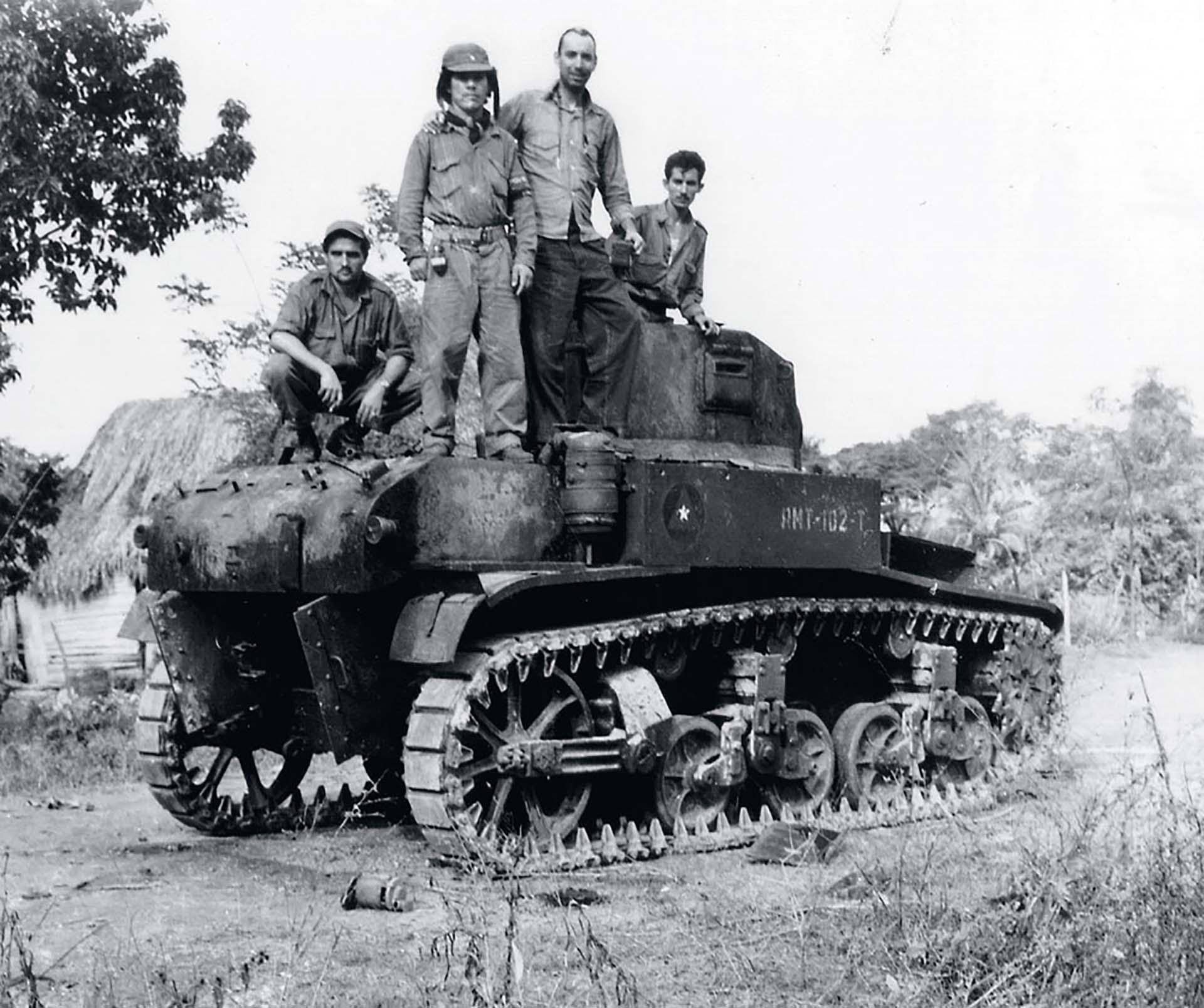 Un grupo de guerrilleros posa sobre una tanqueta artesanal en la Sierra Maestra poco antes del ataque final para derrocar al gobierno de Fulgencio Batista.