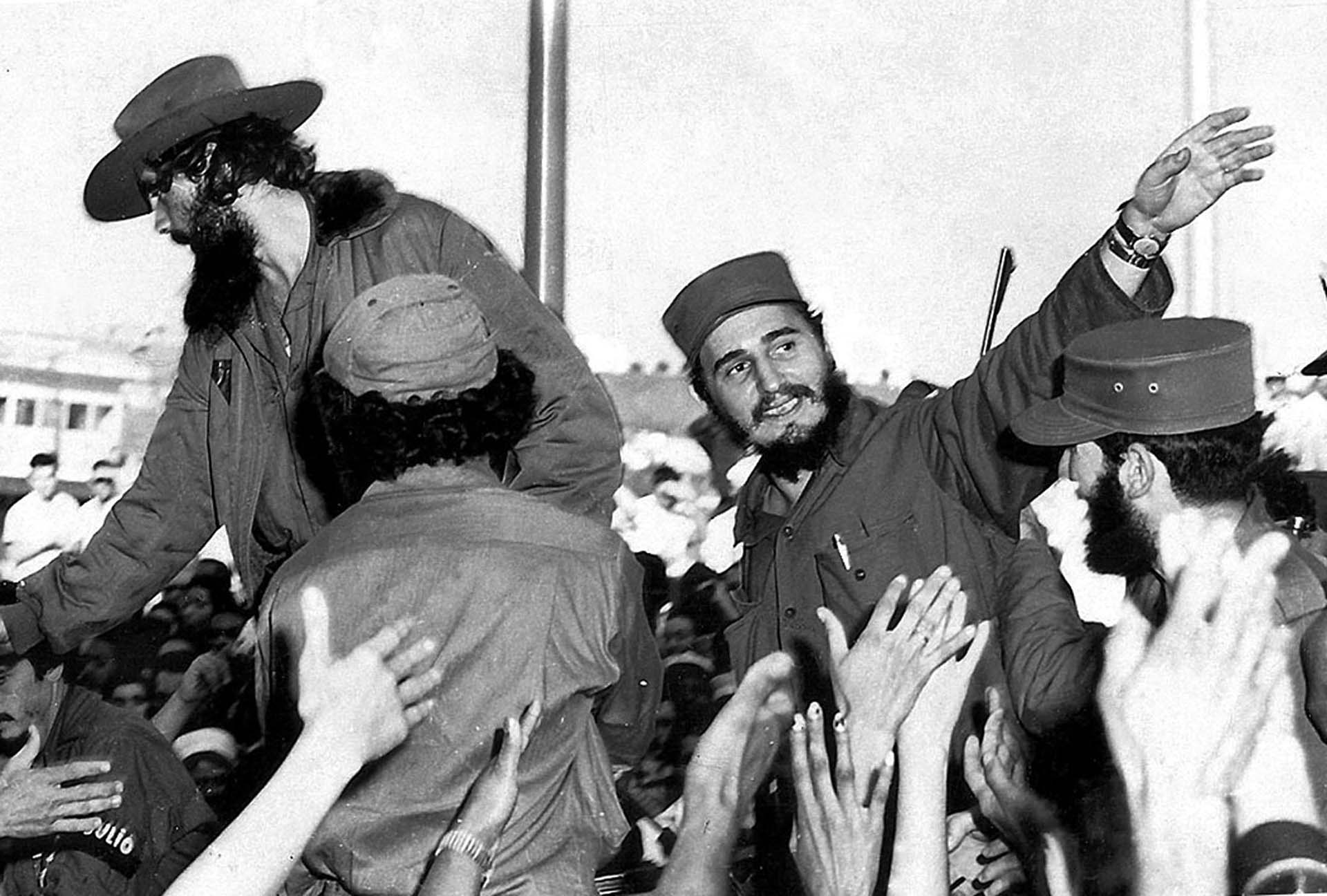 Fidel Castro saluda al ingresar a La Habana el 8 de enero de 1959