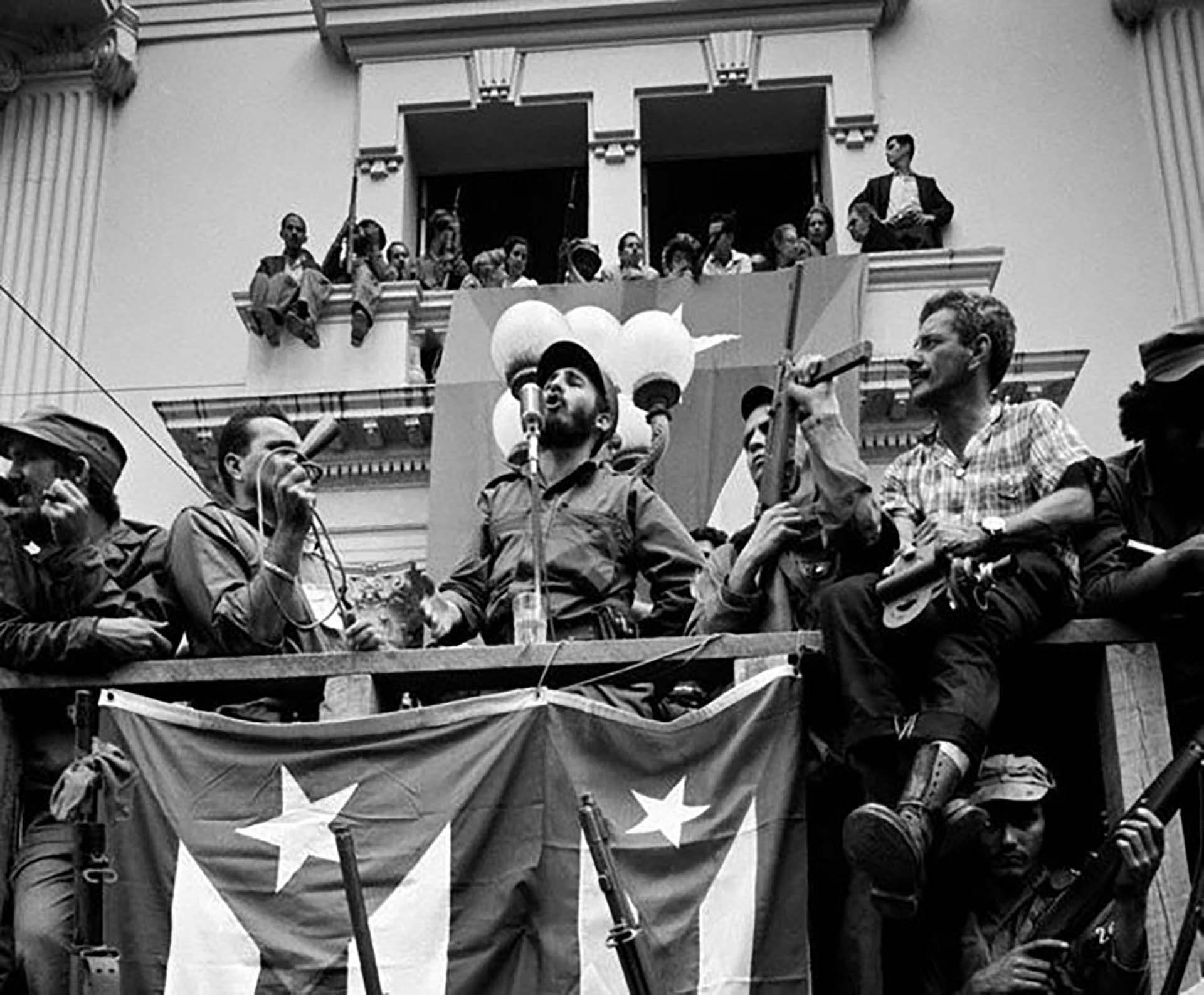 Fidel Castro brinda un discurso tras el derrocamiento de Batista
