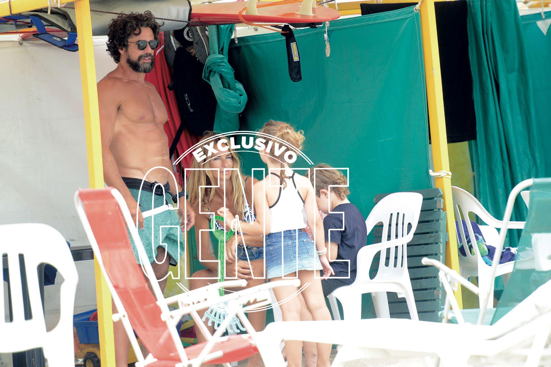 Luciano y Sabrina junto a sus hijos Esperanza y Fausto en el balneario Play Beach.