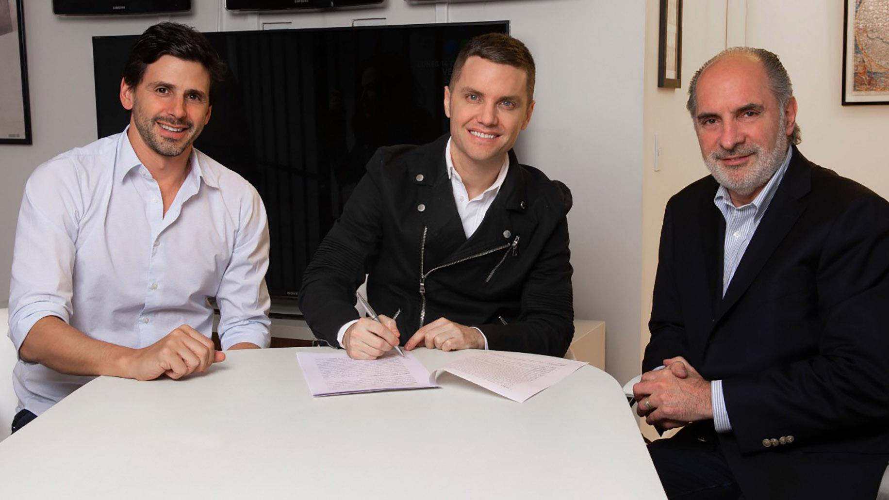 Dario Turovelzky junto a Santiago del Moro y Guillermo Campanini en la firma del contrato.