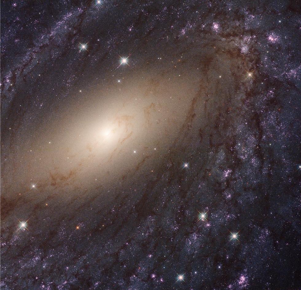 La galaxia a espiral barrada NGC 6744, en la constelación del Pavo Real, es larga 175mil años luz y está ubicada a 30 millones de años luz desde la Tierra (NASA/ESA)