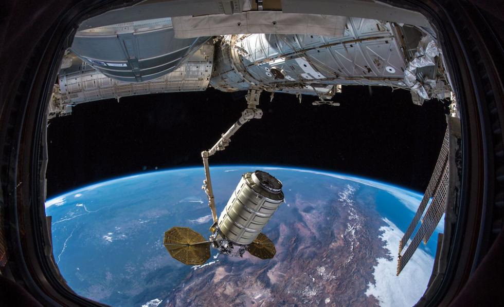 La cápsula Cygnus aferrada al brazo mecánico de la Estación Espacial Internacional (NASA)