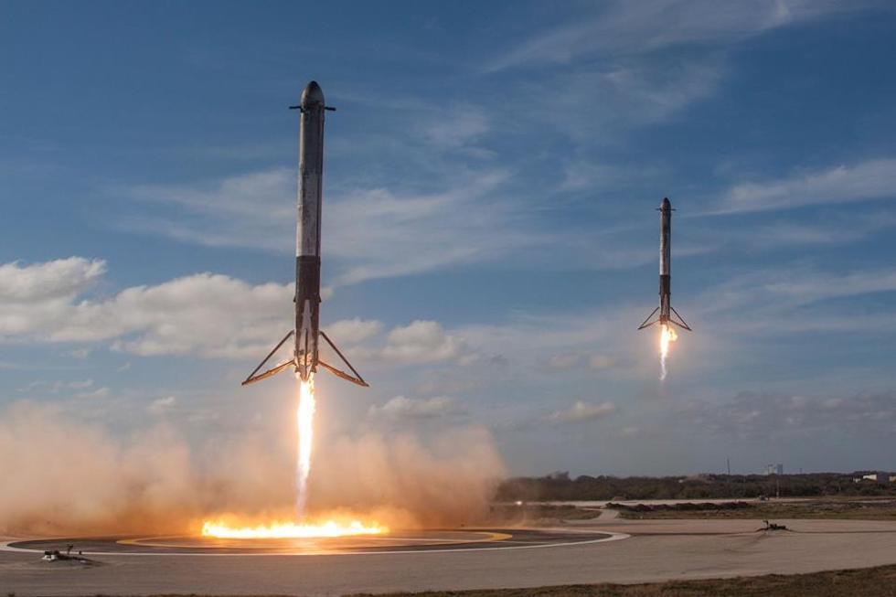 Dos propulsores del cohete Falcon Heavy vuelven a aterrizar tras el histórico lanzamiento del pasado 6 de febrero (SpaceX)