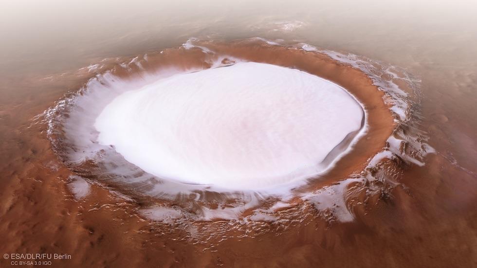 El cráter Korolev, cerca del polo norte de Marte. Tiene un diámetro de 82 kilómetros y casi 2 mil metros de profundidad. En su interior hay un bloque de hielo de 1,8 kilómetros de grosor (ESA)