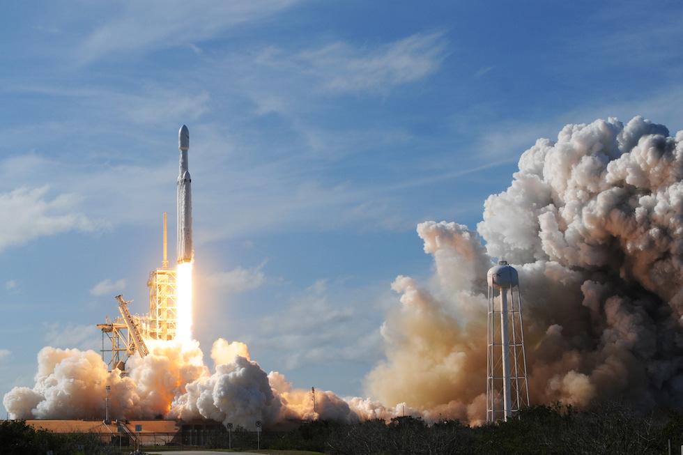 El Falcon Heavy de SpaceX, el cohete espacial más grande y poderoso del mundo, durante su primer despegue el 6 de febrero (JIM WATSON/AFP/Getty Images)