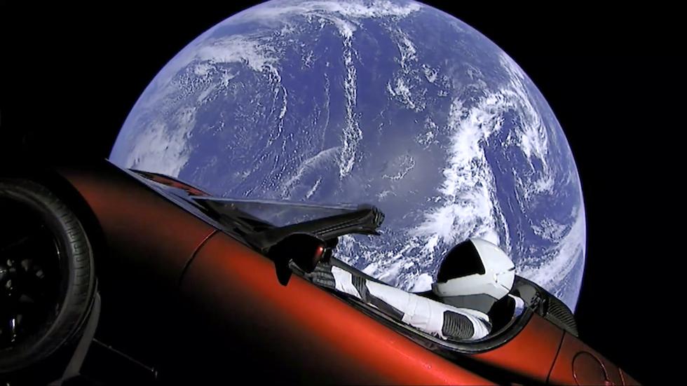 El muñeco Starman a bordo del Tesla Roadster tras el lanzamiento del Falcon Heavy de Space X (SpaceX via AP)