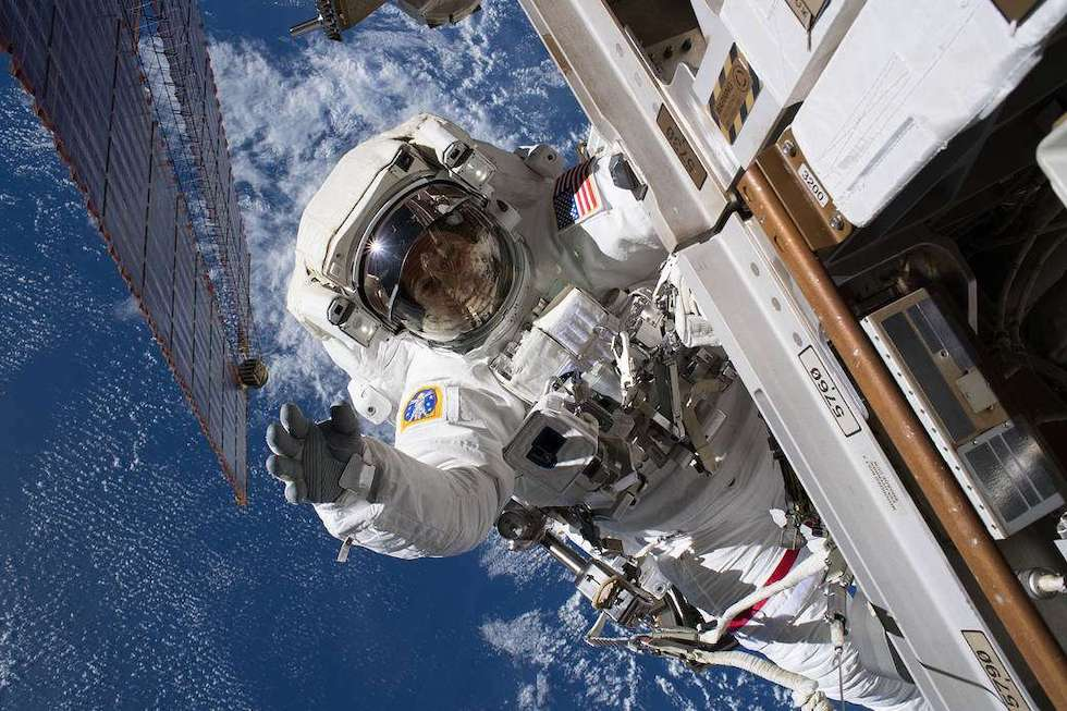 El astronauta de la NASA, Ricky Arnold, durante una caminata espacial el 14 de junio para instalar unas cámaras en el exterior de la Estación Espacial Internacional (NASA)