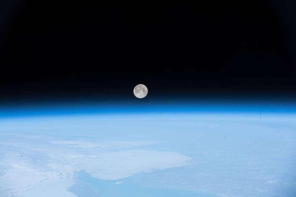 La luna llena sobre la Tierra, fotografiada desde la Estación Espacial Internacional el 30 de abril (NASA)