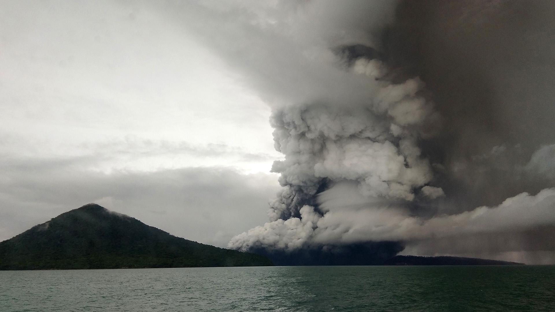 El momento de la erupción, registrado el 26 de diciembre (STR / AFP)
