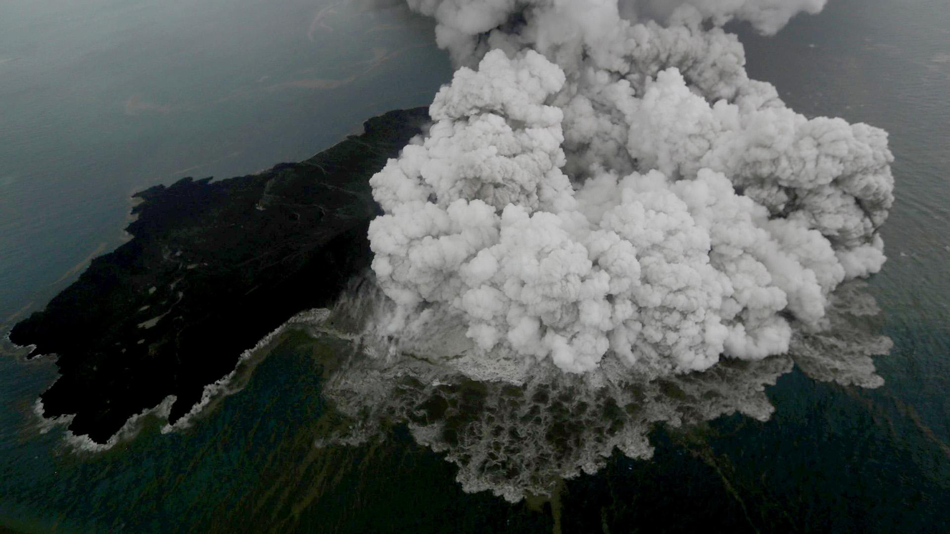 La erupción del volcán generó un terremoto y un tsunami (Nurul HIDAYAT / BISNIS INDONESIA / AFP)