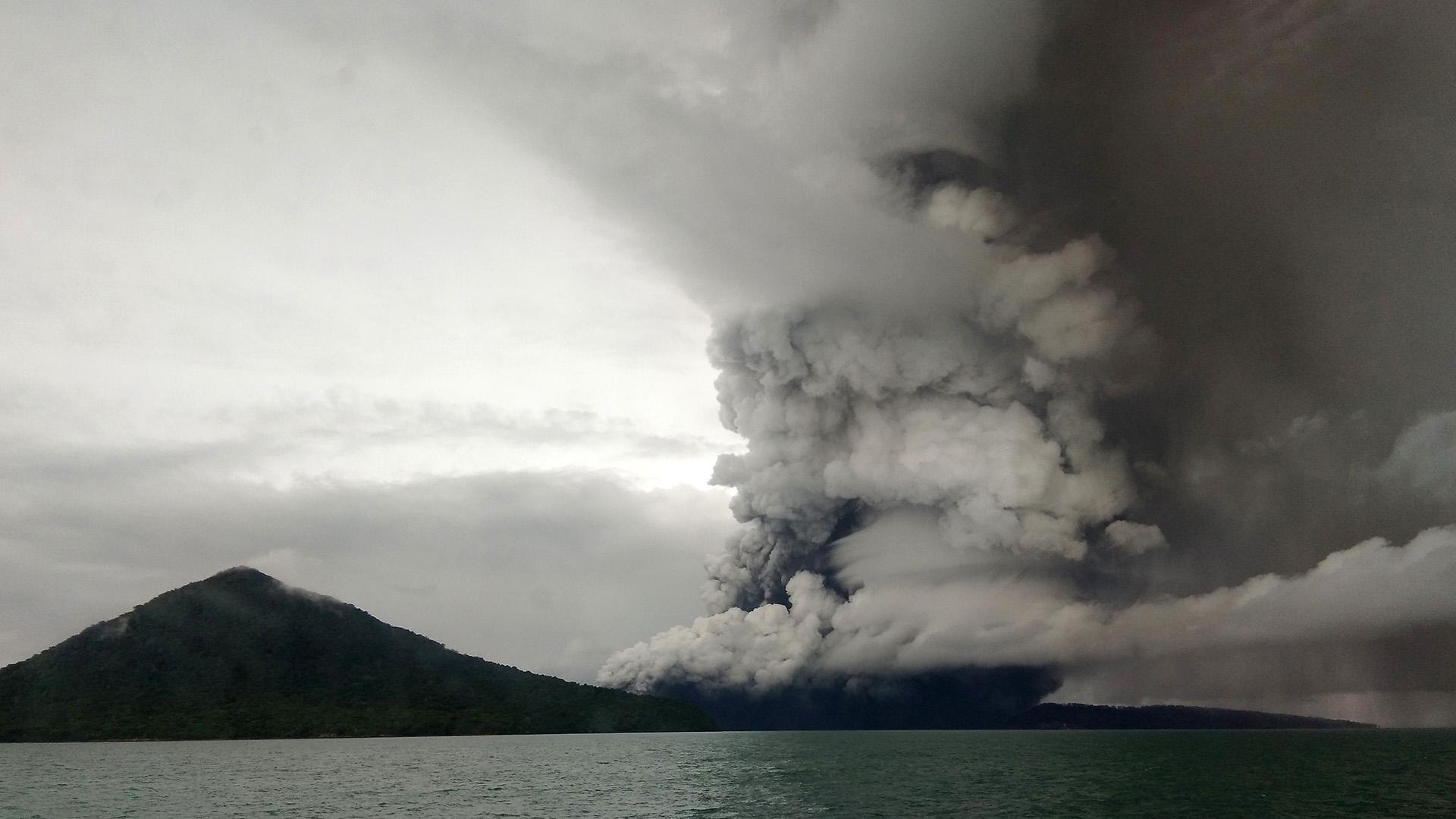 El Anak Krakatoa, visto desde un barco (STR / AFP)