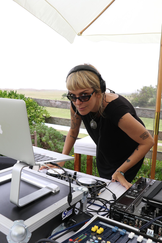 La DJ Anita Álvarez de Toledo también se animó al negro para su outfit diurno (Foto: Matías Souto)