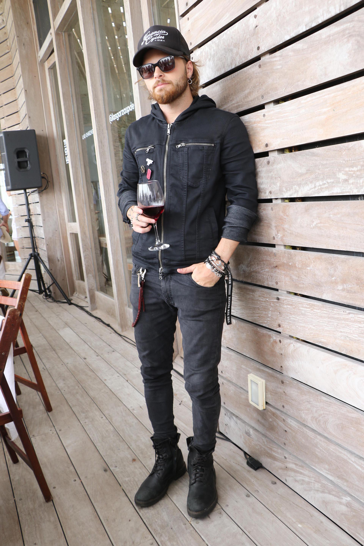 """Look rocker y """"total black"""" para Luca Bonomi, el novio de Candelaria Tinelli"""