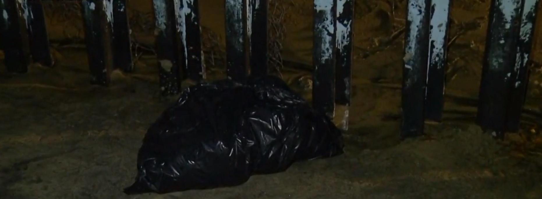 Un inmigrante hondureño de aproximadamente 25 años de edad murió ahogado al intentar cruzar nadando, previamente metió sus pertenencias en una bolsa plástica que quedó del lado mexicano mientras que del lado americano salió su cuerpo inerte Foto: Impresión de pantalla