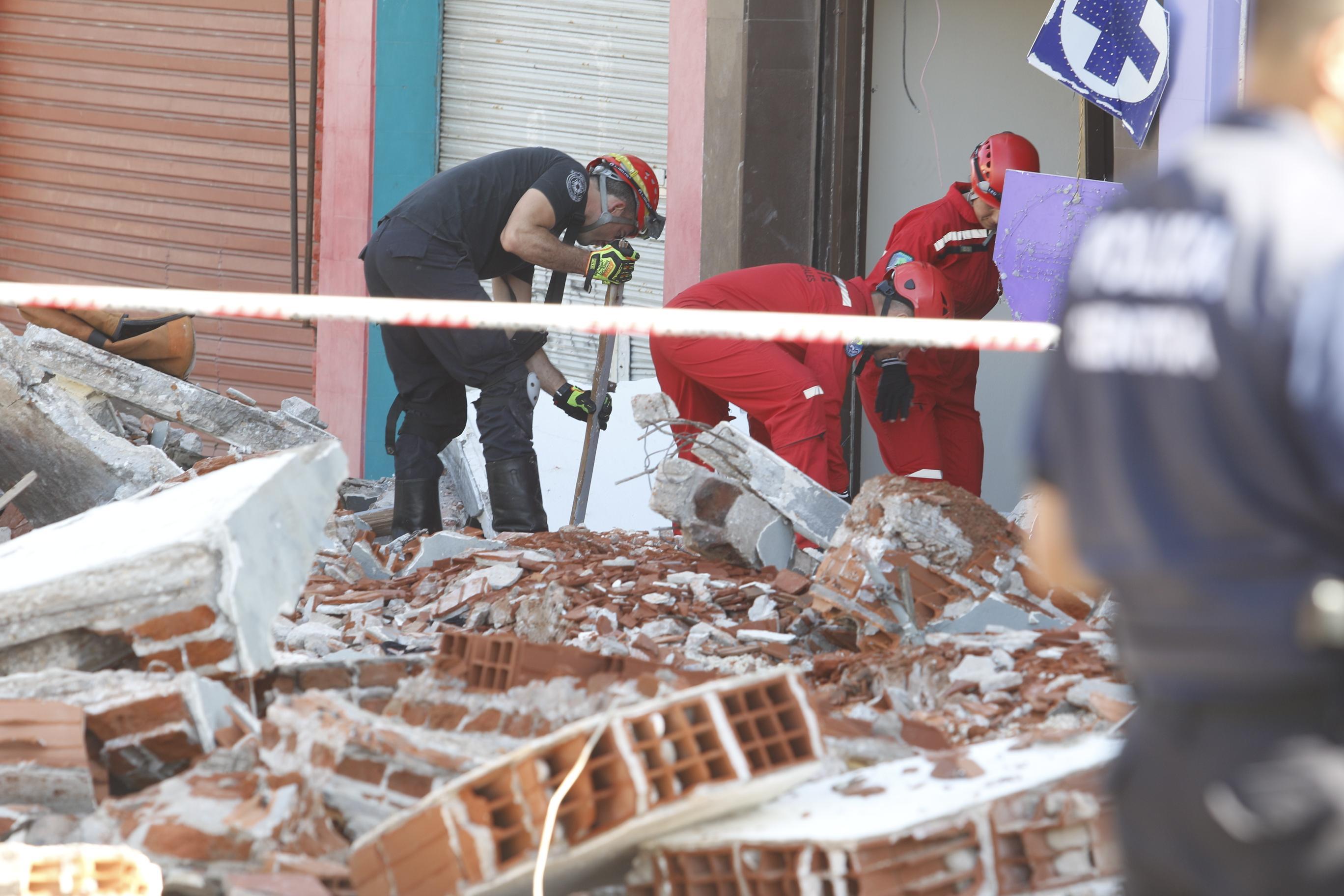 Personal policial, rescatistas y bomberos continúan trabajando en la zona