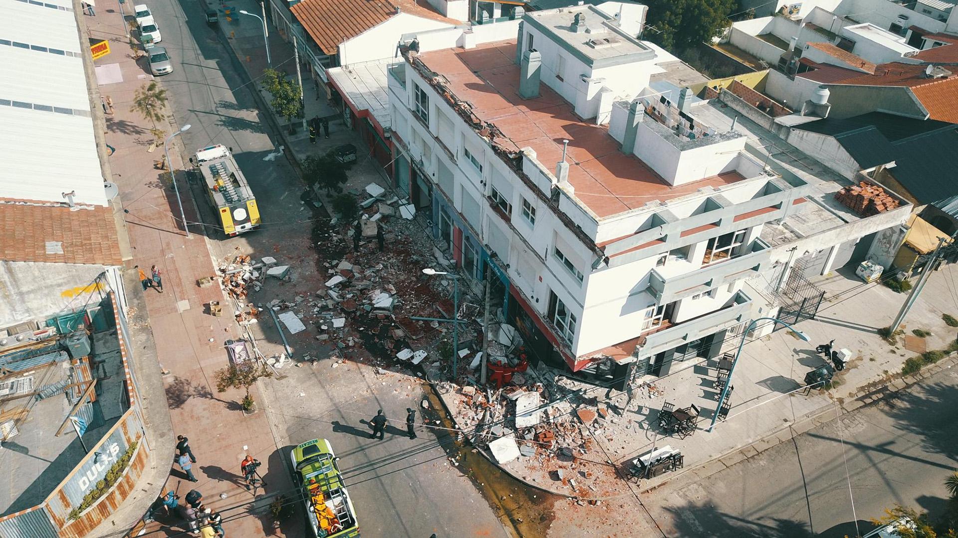 Debajo del edificio hay varios locales comerciales. Las víctimas habían almorzado allí