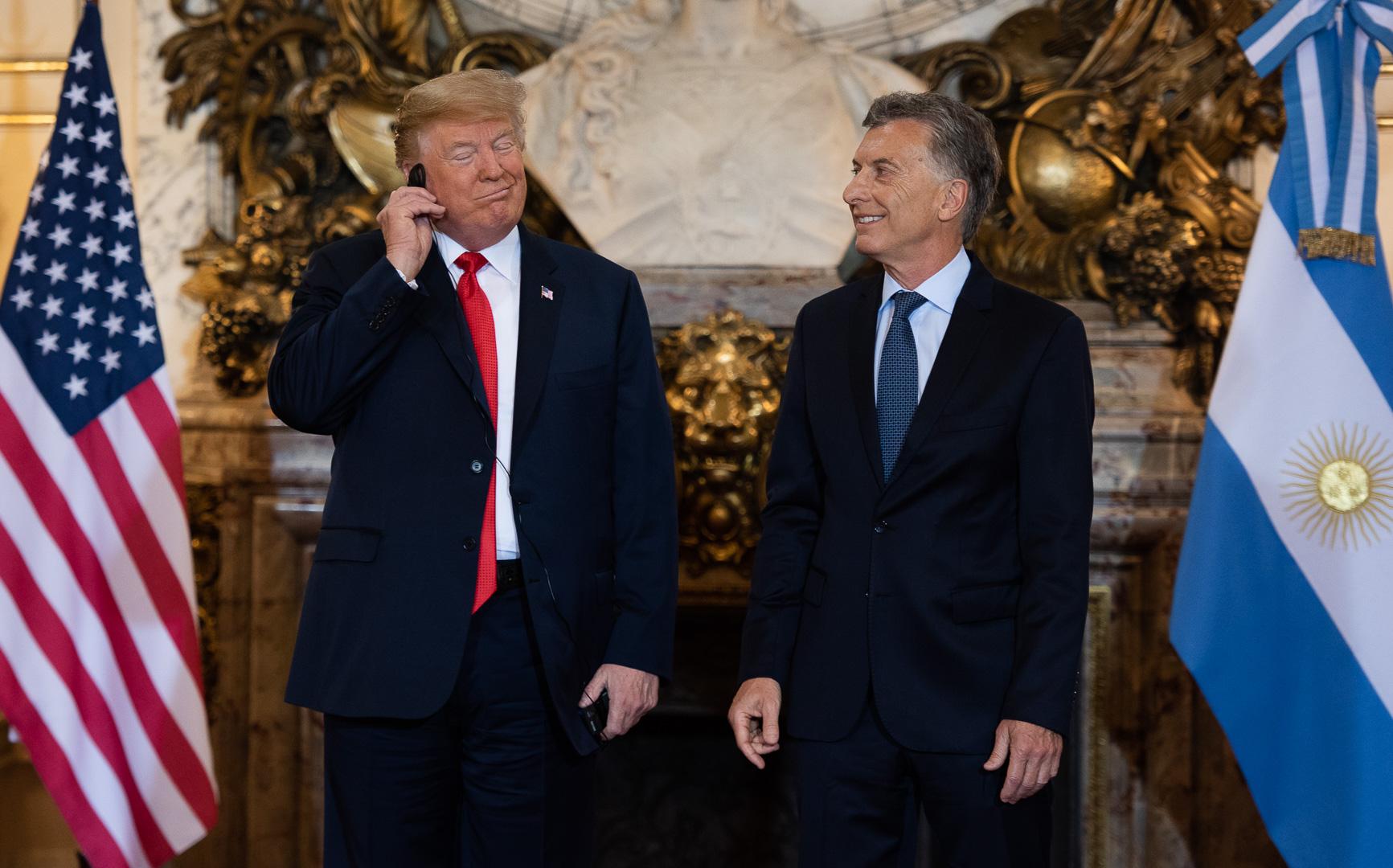 El presidente de Estados Unidos, Donald Trump, gesticula molesto por problemas en la traducción durante la reunión bilateral con el mandatario argentino, Mauricio Macri, durante la cumbre de presidentes del G20 (Adrián Escandar)