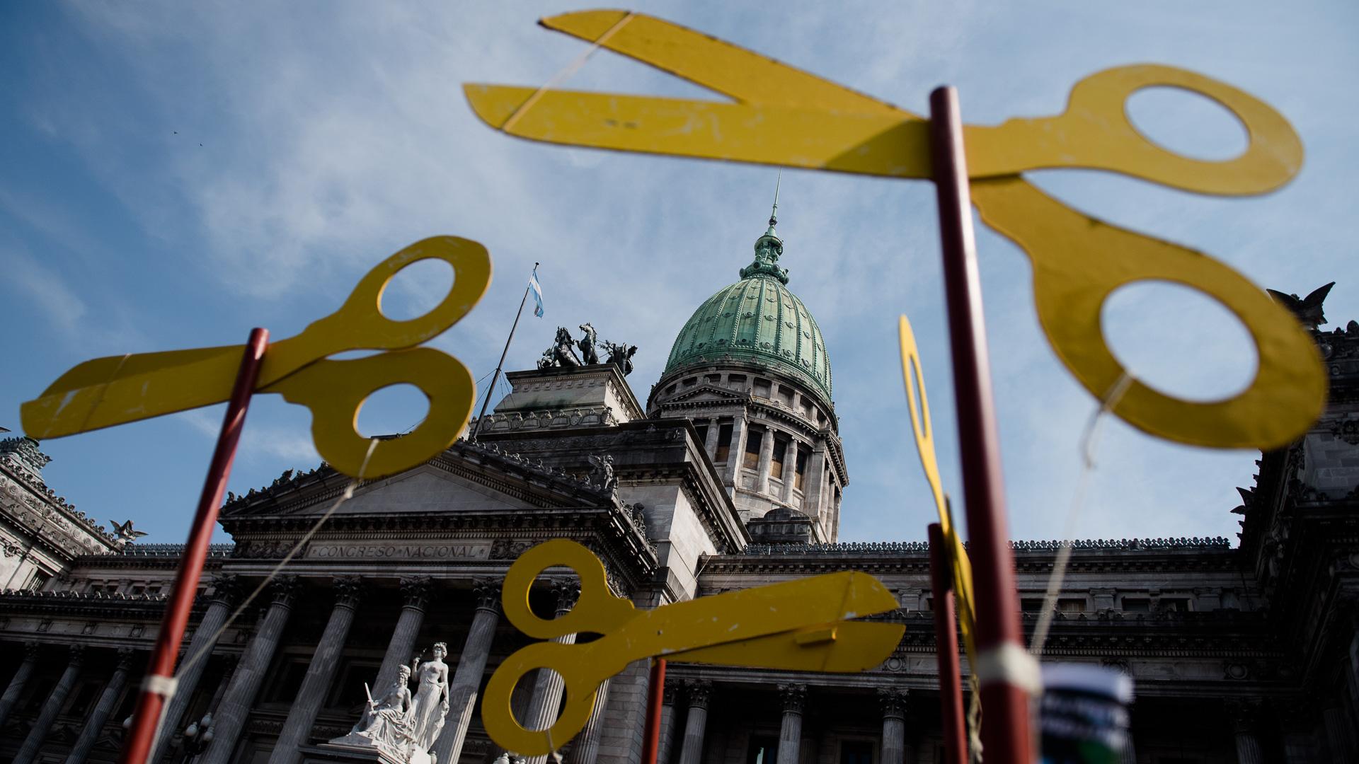 Tres tijeras rodeando la cúpula del Congreso Nacional durante la marcha federal docente en protesta por el recorte presupuestario a la educación pública (Adrián Escandar)