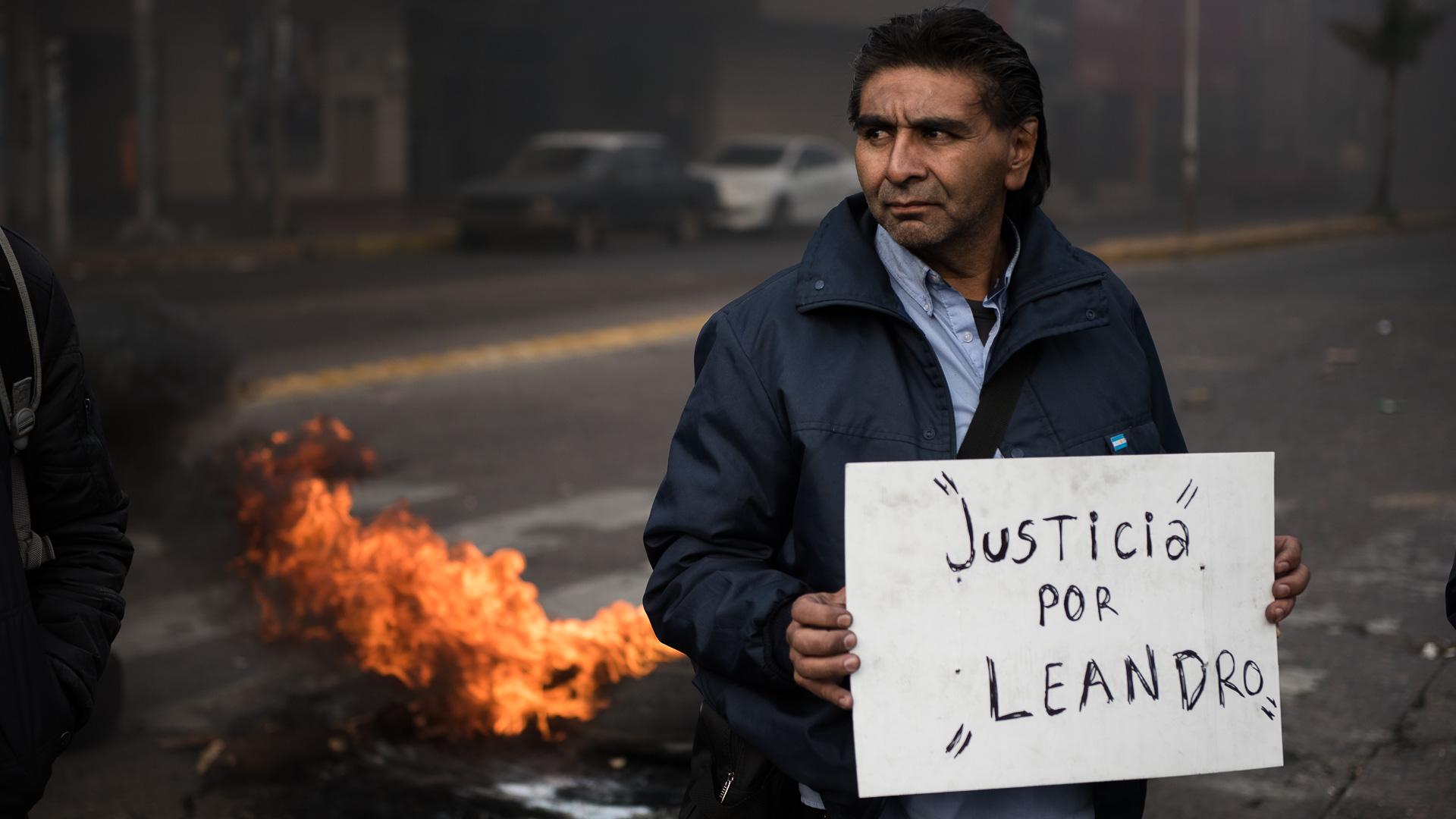 """Un colectivero sostiene un cartel con la leyenda """"Justicia por Leandro"""" durante una protesta para pedir justicia por Leandro Alcaraz, asesinado de dos balazos en Virrey del Pino (Adrián Escandar)"""